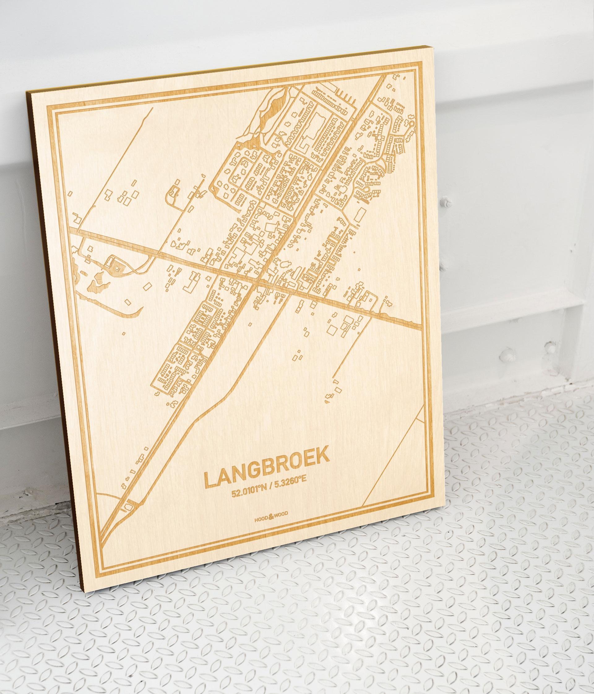 Plattegrond Langbroek als prachtige houten wanddecoratie. Het warme hout contrasteert mooi met de witte muur.