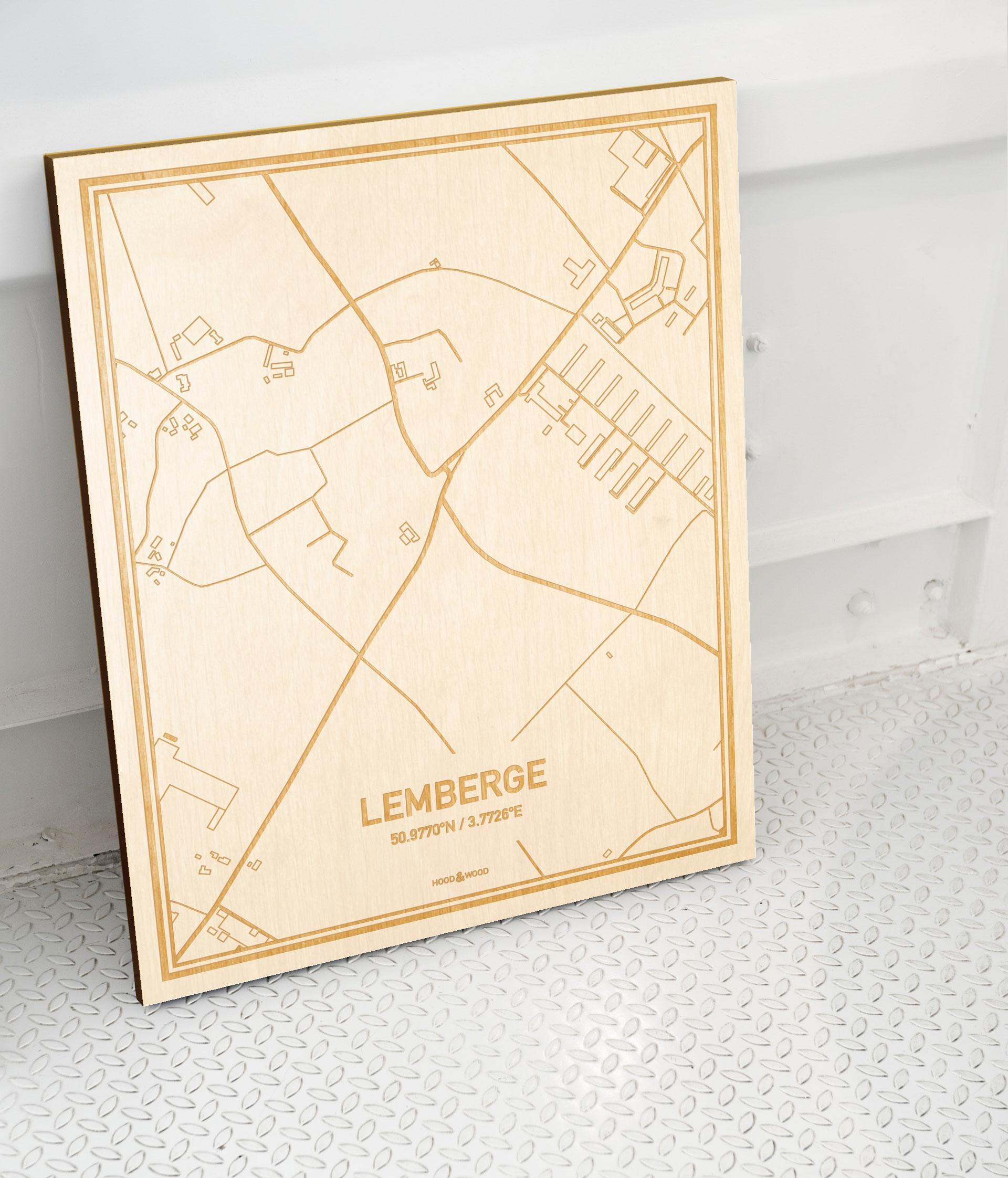 Plattegrond Lemberge als prachtige houten wanddecoratie. Het warme hout contrasteert mooi met de witte muur.