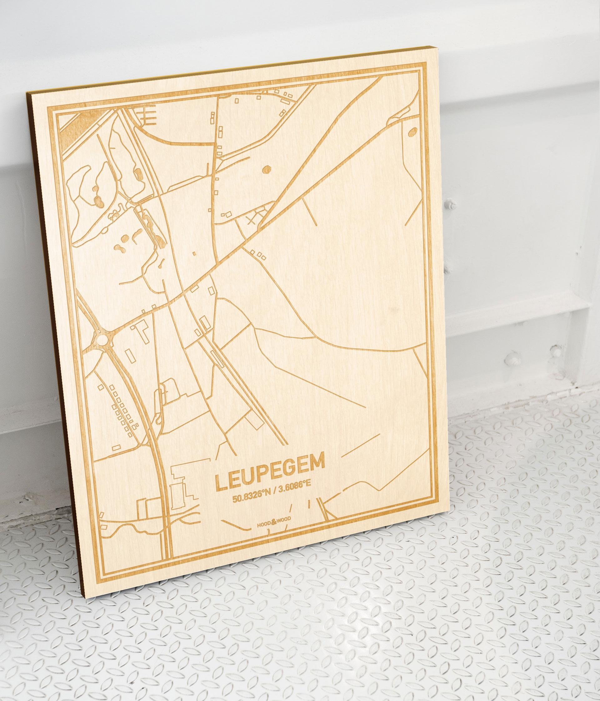 Plattegrond Leupegem als prachtige houten wanddecoratie. Het warme hout contrasteert mooi met de witte muur.