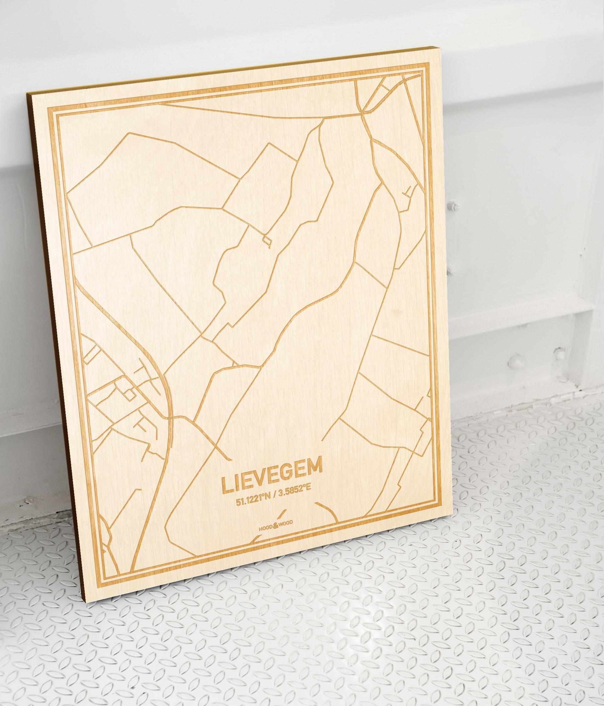 Plattegrond Lievegem als prachtige houten wanddecoratie. Het warme hout contrasteert mooi met de witte muur.