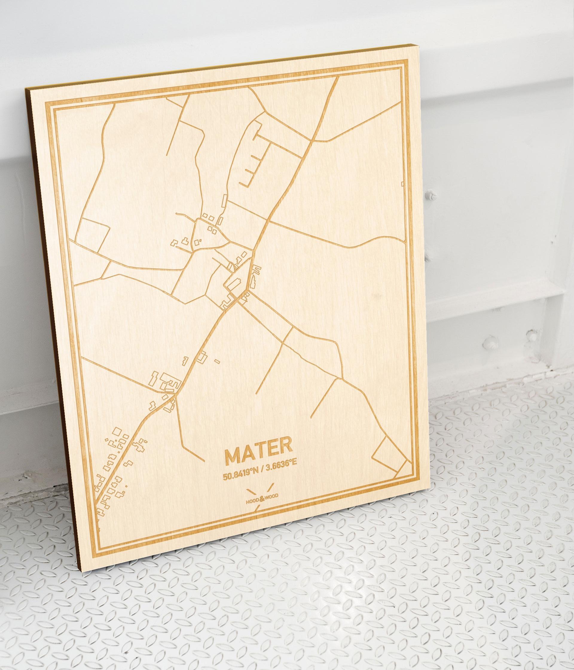 Plattegrond Mater als prachtige houten wanddecoratie. Het warme hout contrasteert mooi met de witte muur.