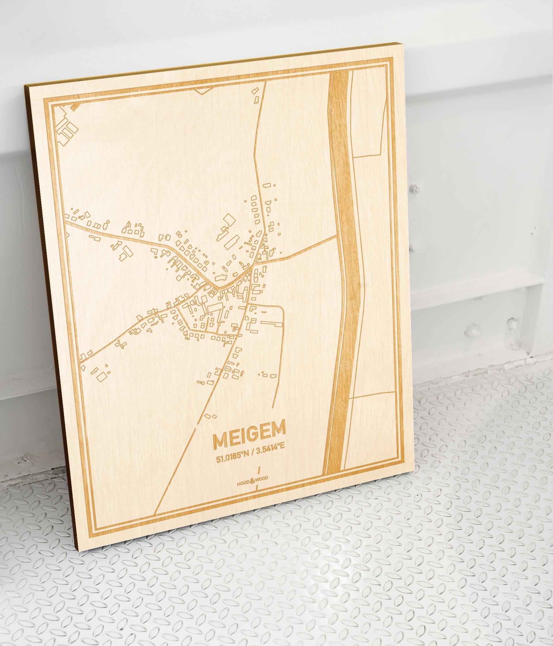 Plattegrond Meigem als prachtige houten wanddecoratie. Het warme hout contrasteert mooi met de witte muur.