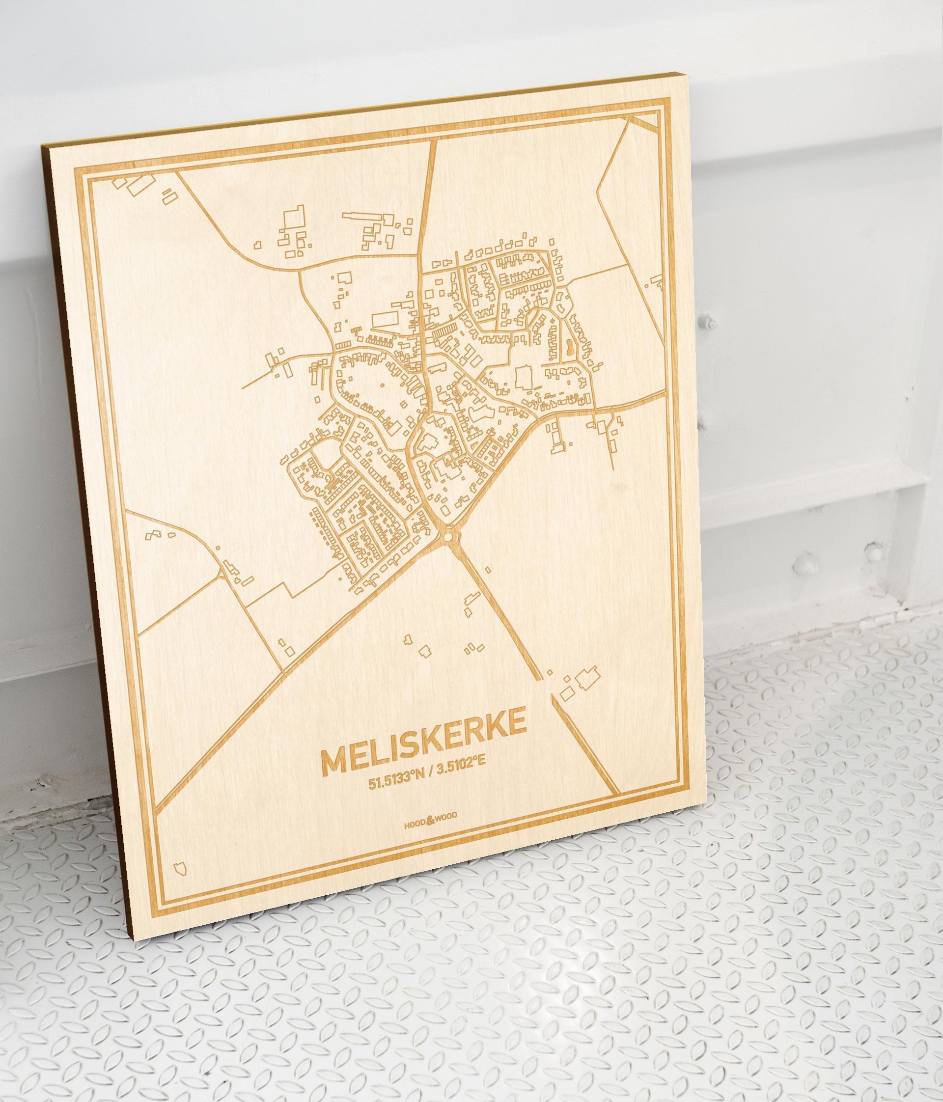 Plattegrond Meliskerke als prachtige houten wanddecoratie. Het warme hout contrasteert mooi met de witte muur.