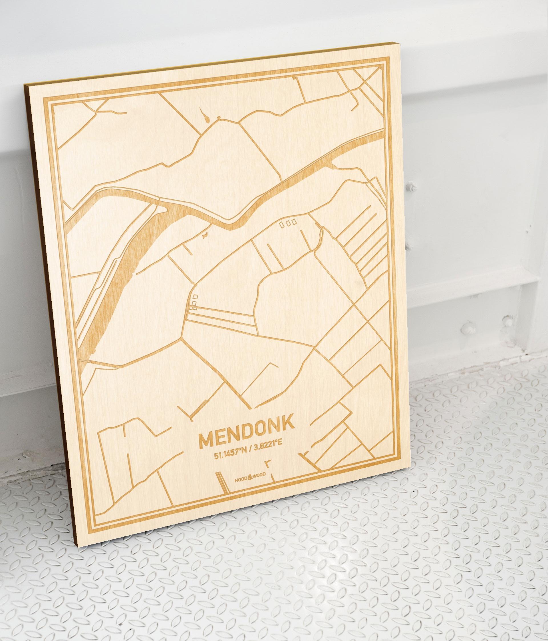 Plattegrond Mendonk als prachtige houten wanddecoratie. Het warme hout contrasteert mooi met de witte muur.