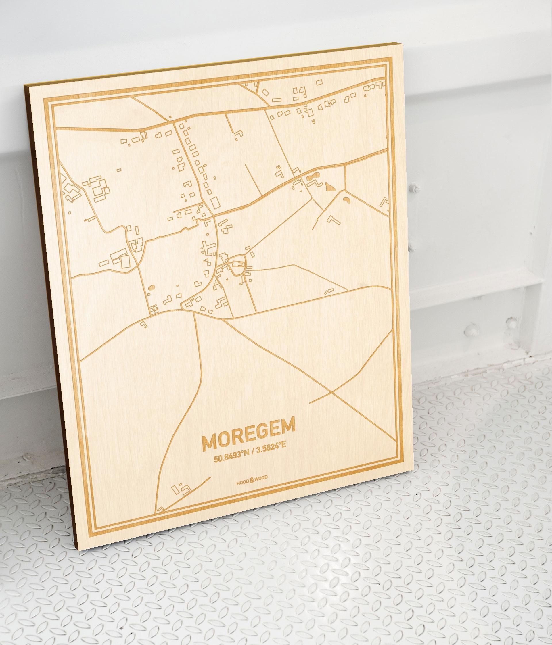 Plattegrond Moregem als prachtige houten wanddecoratie. Het warme hout contrasteert mooi met de witte muur.