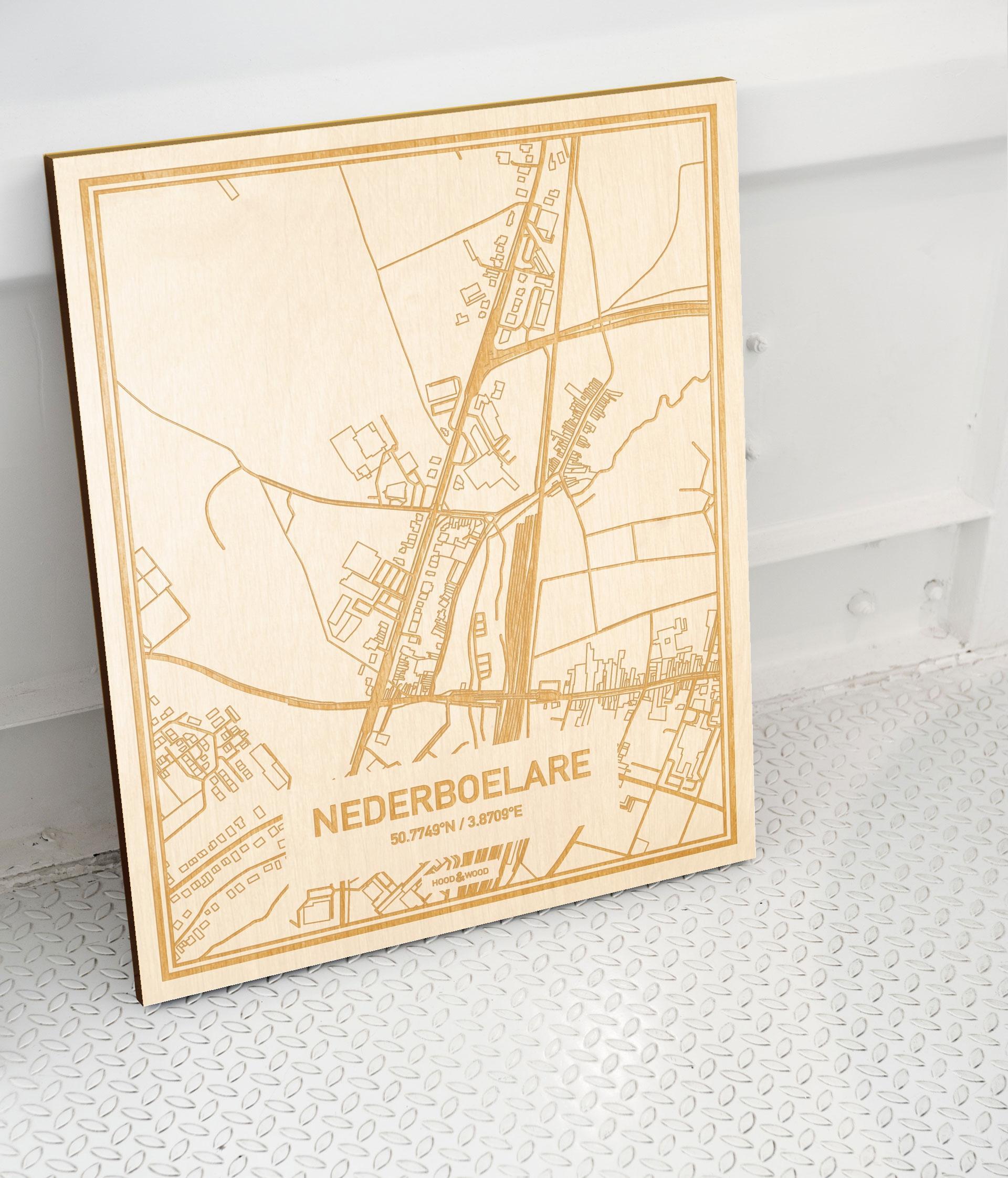Plattegrond Nederboelare als prachtige houten wanddecoratie. Het warme hout contrasteert mooi met de witte muur.