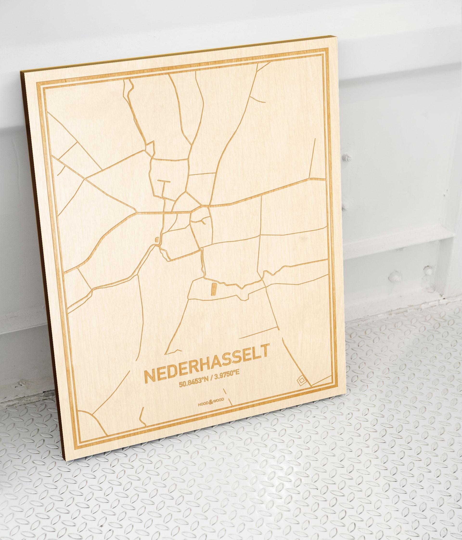 Plattegrond Nederhasselt als prachtige houten wanddecoratie. Het warme hout contrasteert mooi met de witte muur.