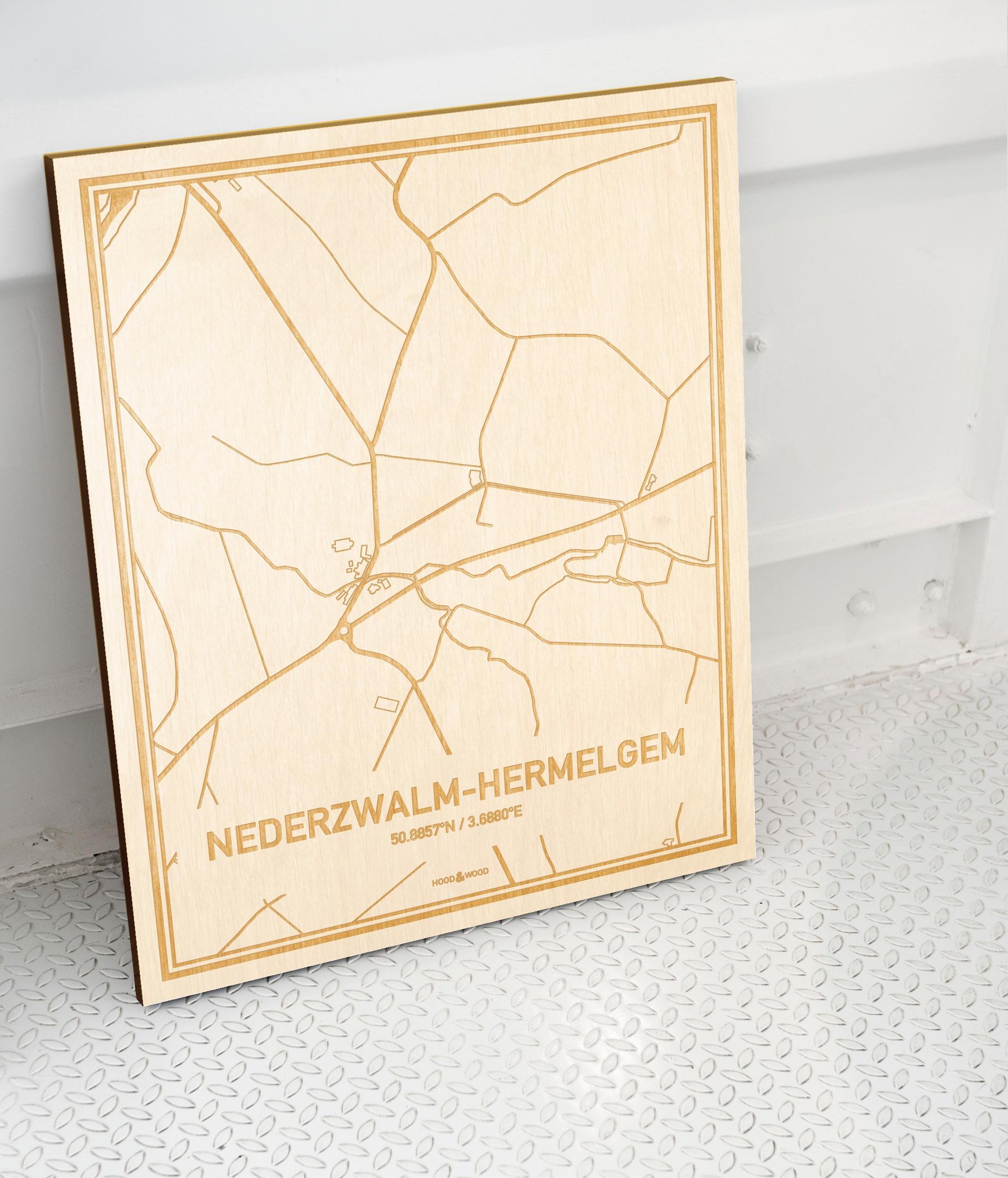 Plattegrond Nederzwalm-Hermelgem als prachtige houten wanddecoratie. Het warme hout contrasteert mooi met de witte muur.