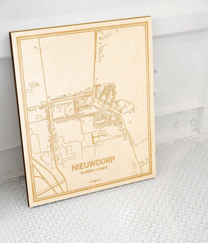 Plattegrond Nieuwdorp als prachtige houten wanddecoratie. Het warme hout contrasteert mooi met de witte muur.
