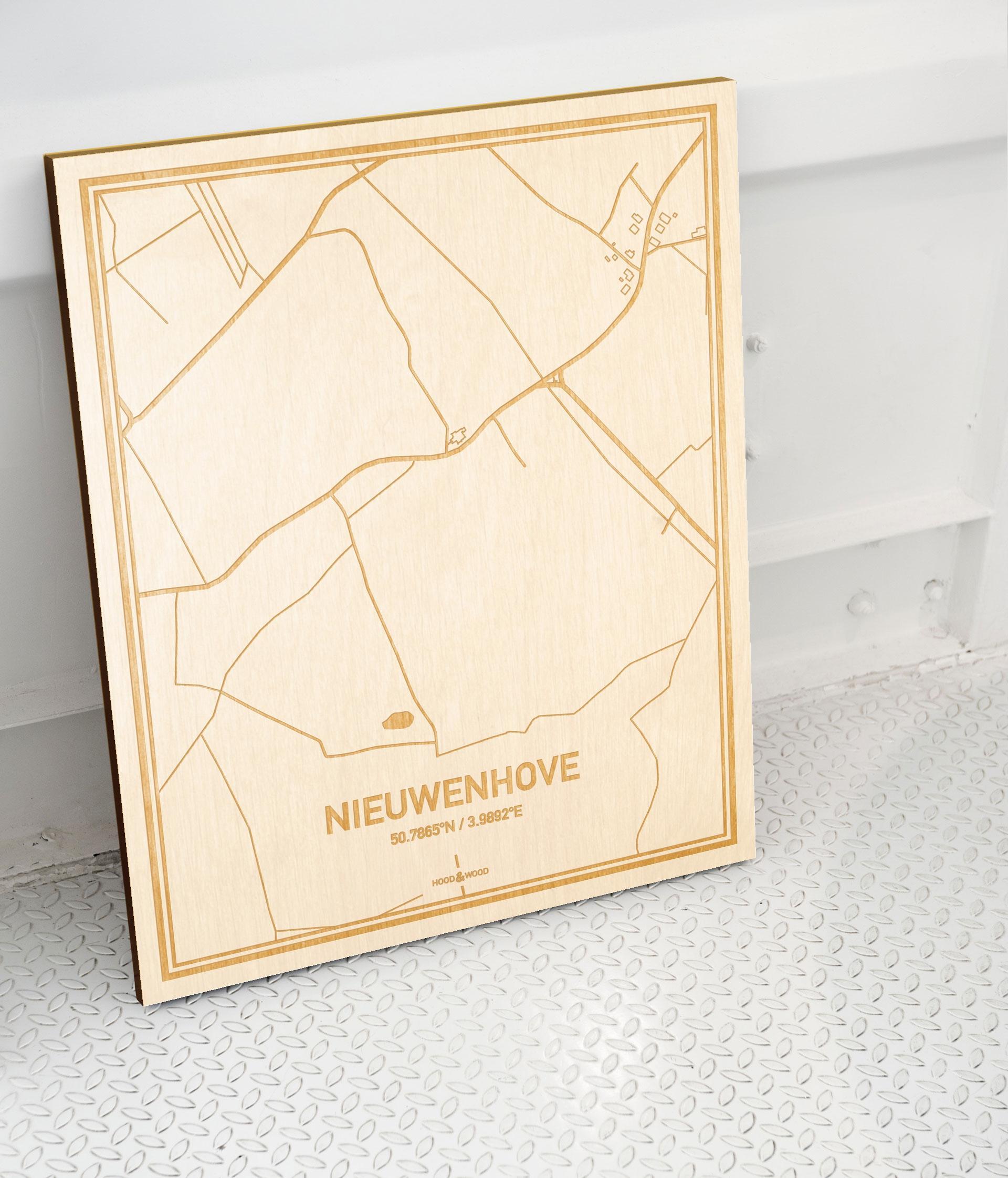 Plattegrond Nieuwenhove als prachtige houten wanddecoratie. Het warme hout contrasteert mooi met de witte muur.