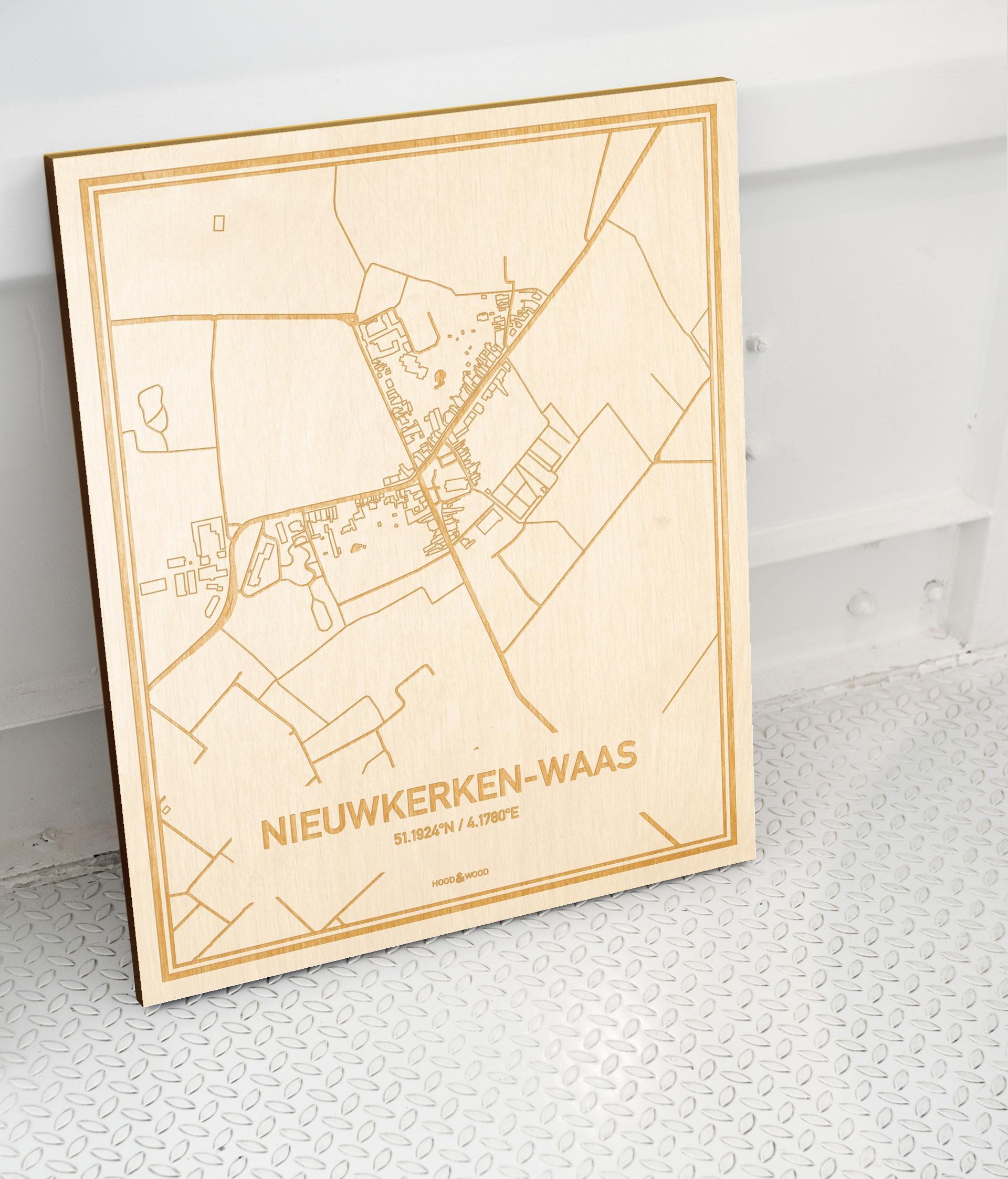 Plattegrond Nieuwkerken-Waas als prachtige houten wanddecoratie. Het warme hout contrasteert mooi met de witte muur.
