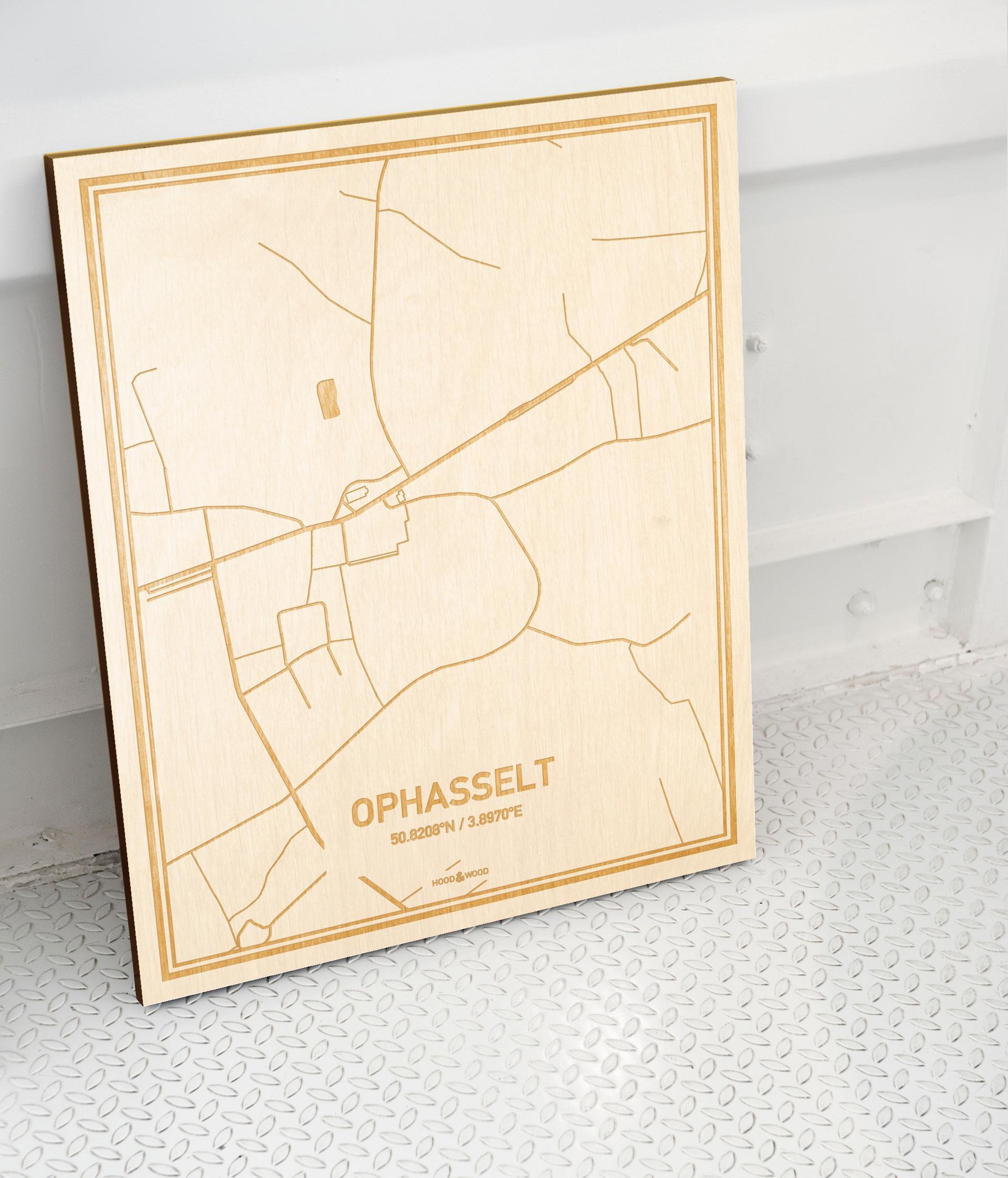 Plattegrond Ophasselt als prachtige houten wanddecoratie. Het warme hout contrasteert mooi met de witte muur.