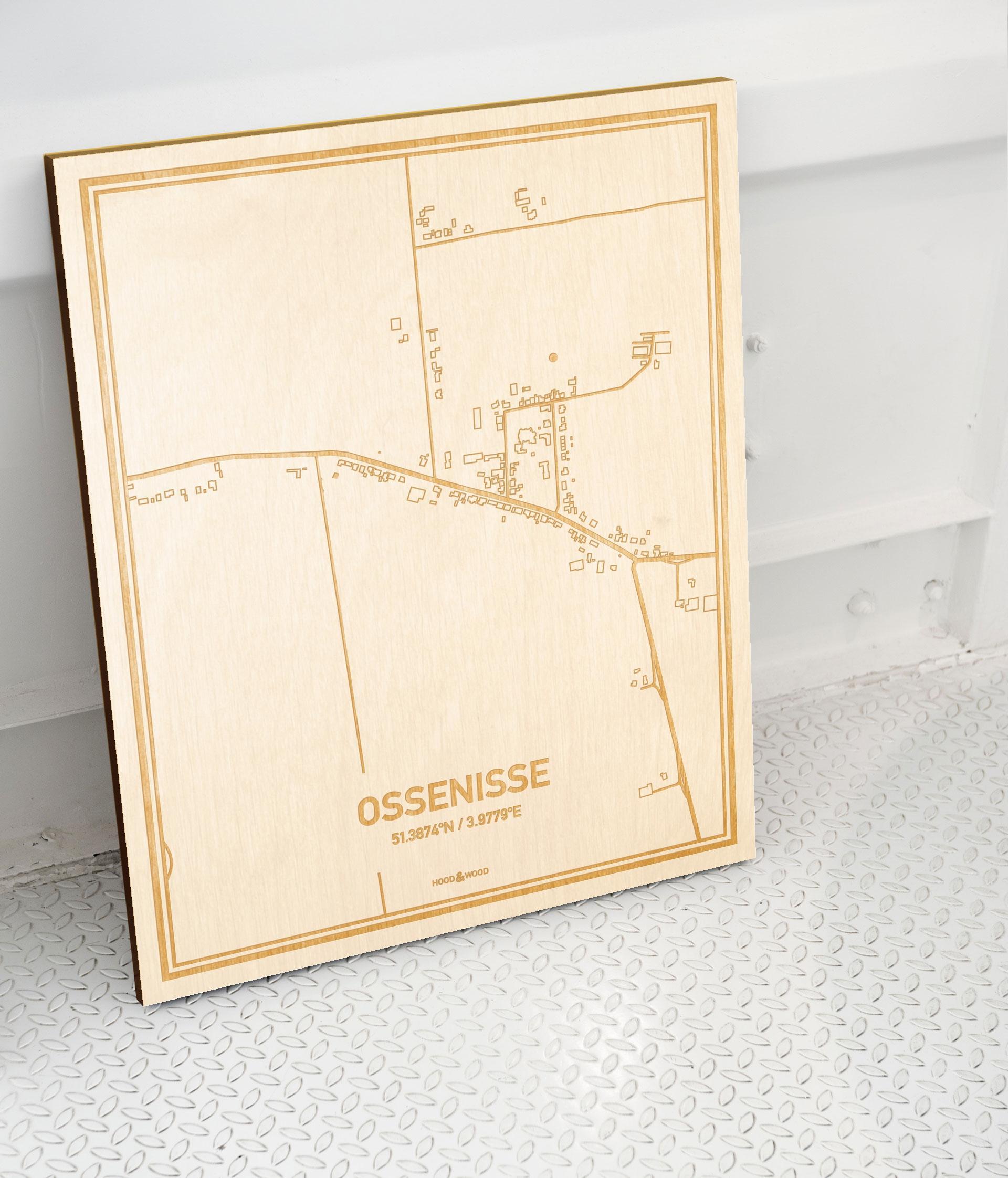 Plattegrond Ossenisse als prachtige houten wanddecoratie. Het warme hout contrasteert mooi met de witte muur.