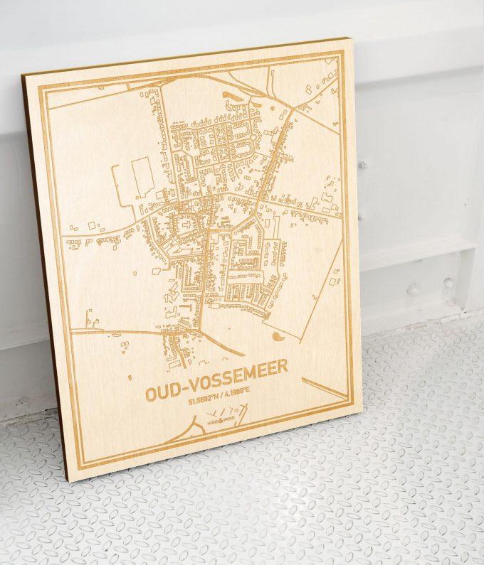 Plattegrond Oud-Vossemeer als prachtige houten wanddecoratie. Het warme hout contrasteert mooi met de witte muur.