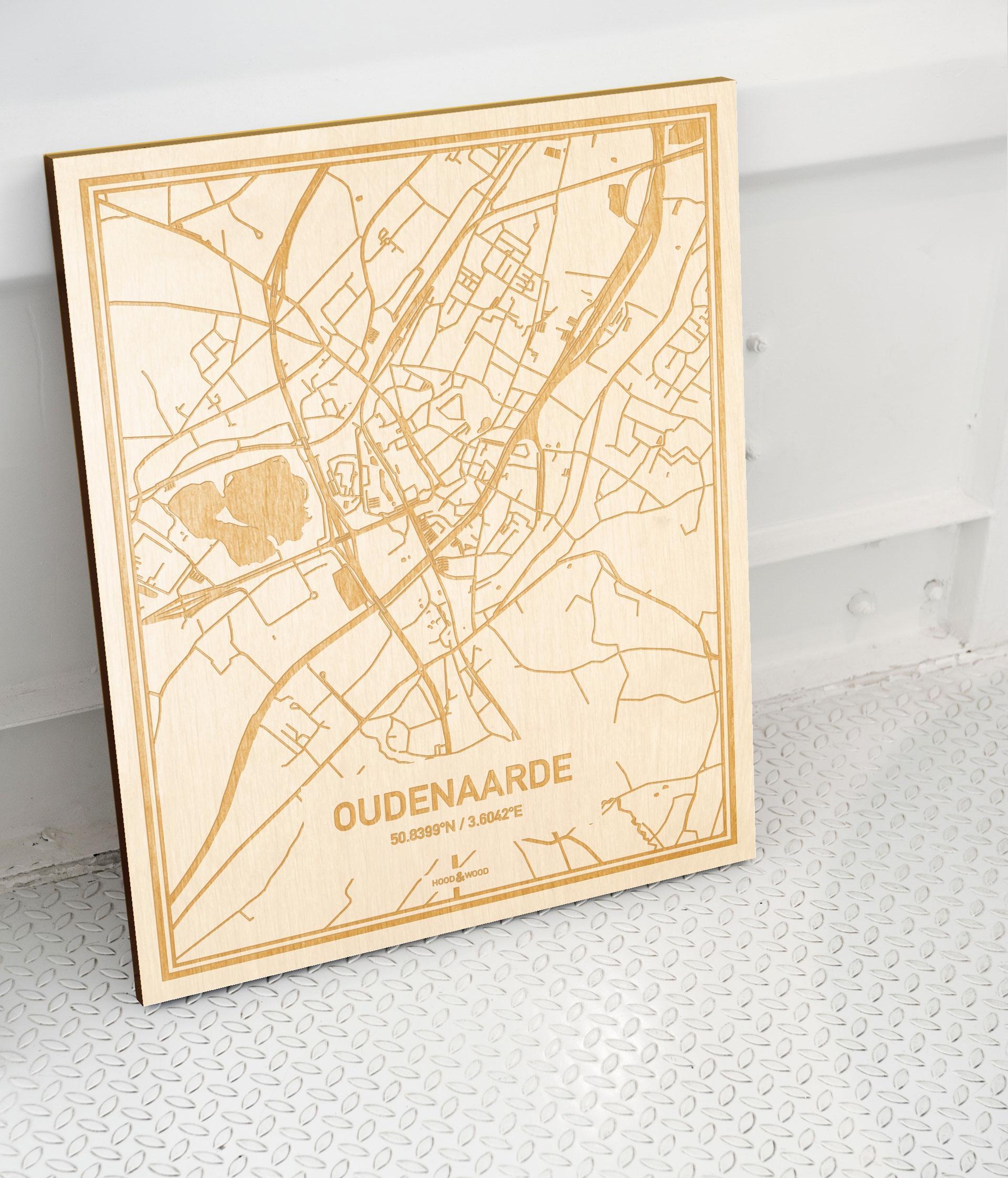 Plattegrond Oudenaarde als prachtige houten wanddecoratie. Het warme hout contrasteert mooi met de witte muur.