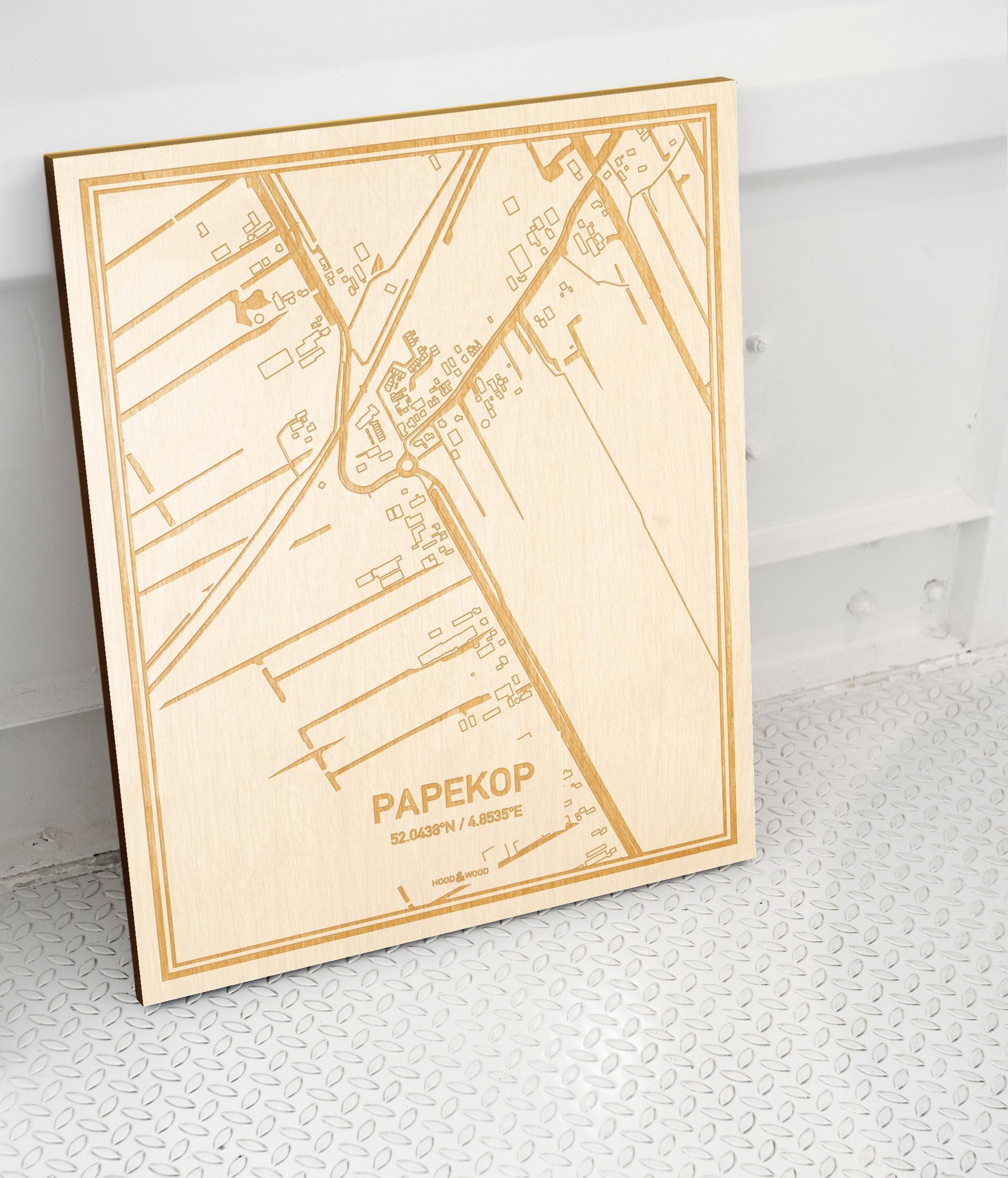 Plattegrond Papekop als prachtige houten wanddecoratie. Het warme hout contrasteert mooi met de witte muur.