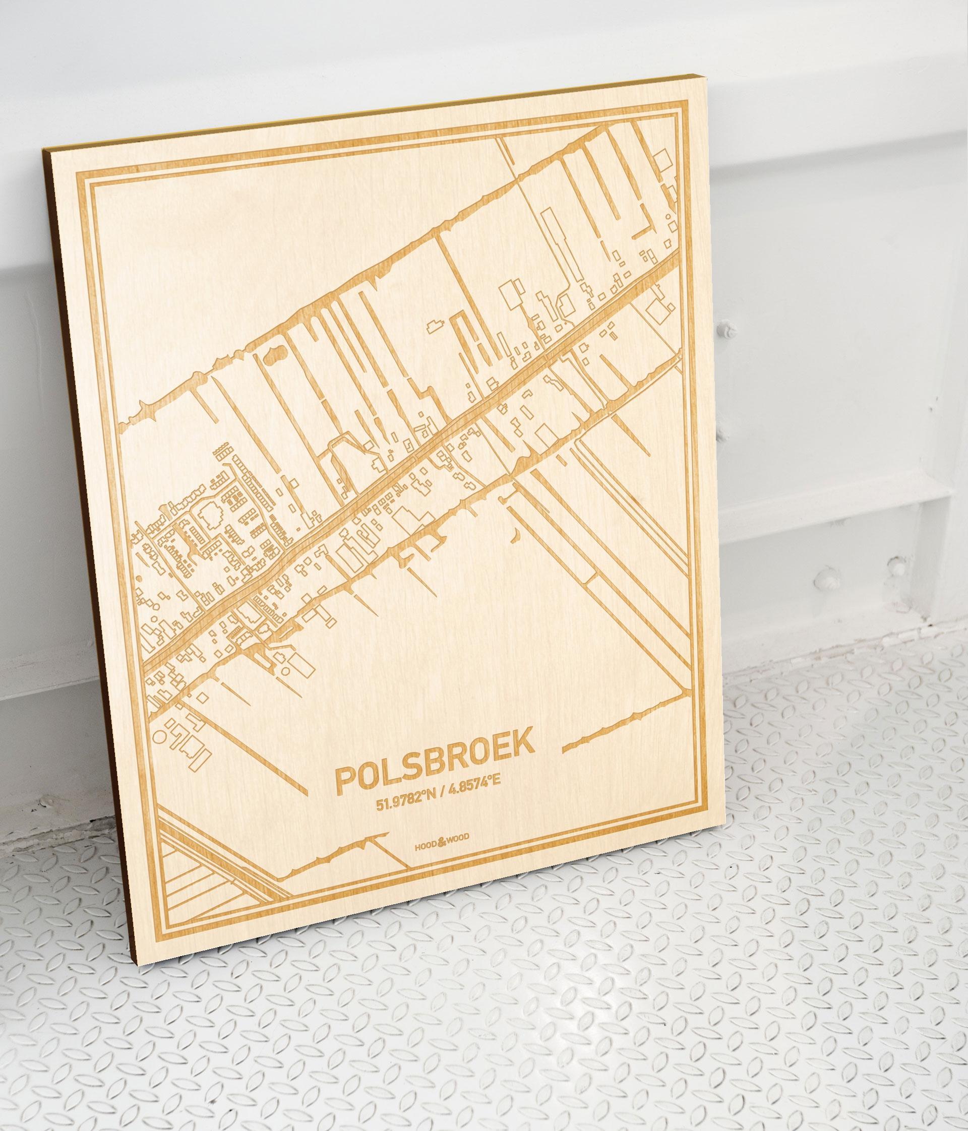 Plattegrond Polsbroek als prachtige houten wanddecoratie. Het warme hout contrasteert mooi met de witte muur.