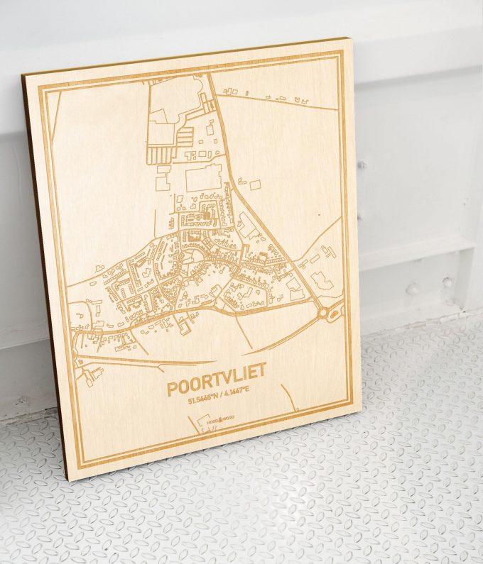 Plattegrond Poortvliet als prachtige houten wanddecoratie. Het warme hout contrasteert mooi met de witte muur.
