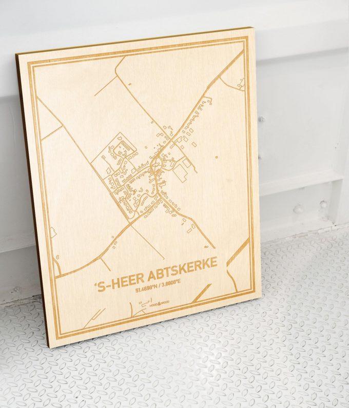 Plattegrond 's-Heer Abtskerke als prachtige houten wanddecoratie. Het warme hout contrasteert mooi met de witte muur.