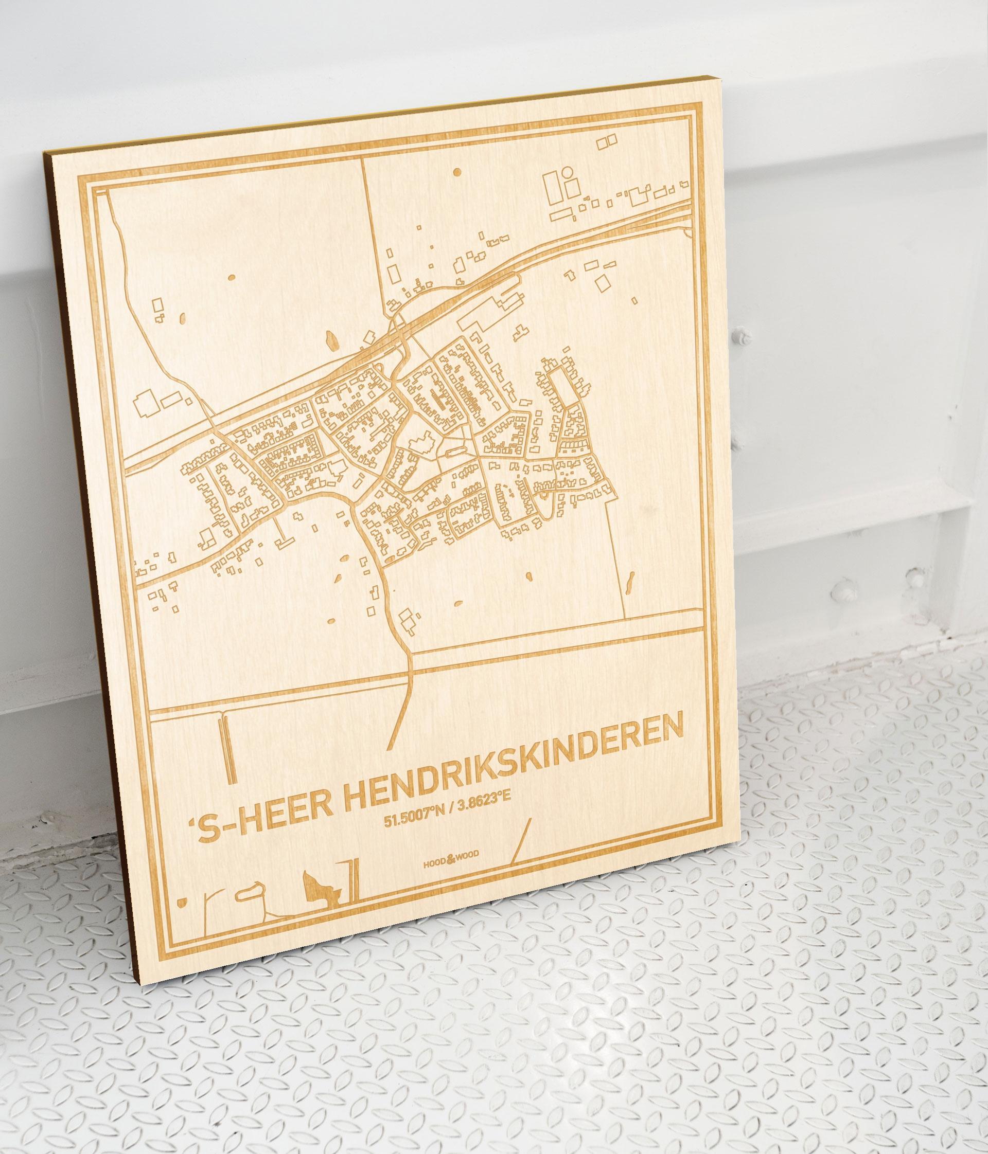 Plattegrond 's-Heer Hendrikskinderen als prachtige houten wanddecoratie. Het warme hout contrasteert mooi met de witte muur.