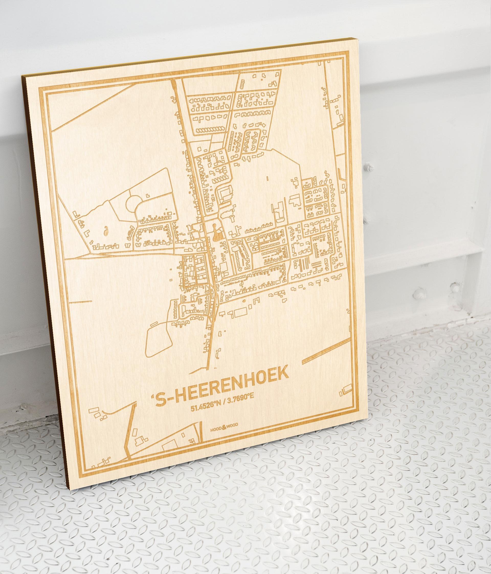 Plattegrond 's-Heerenhoek als prachtige houten wanddecoratie. Het warme hout contrasteert mooi met de witte muur.
