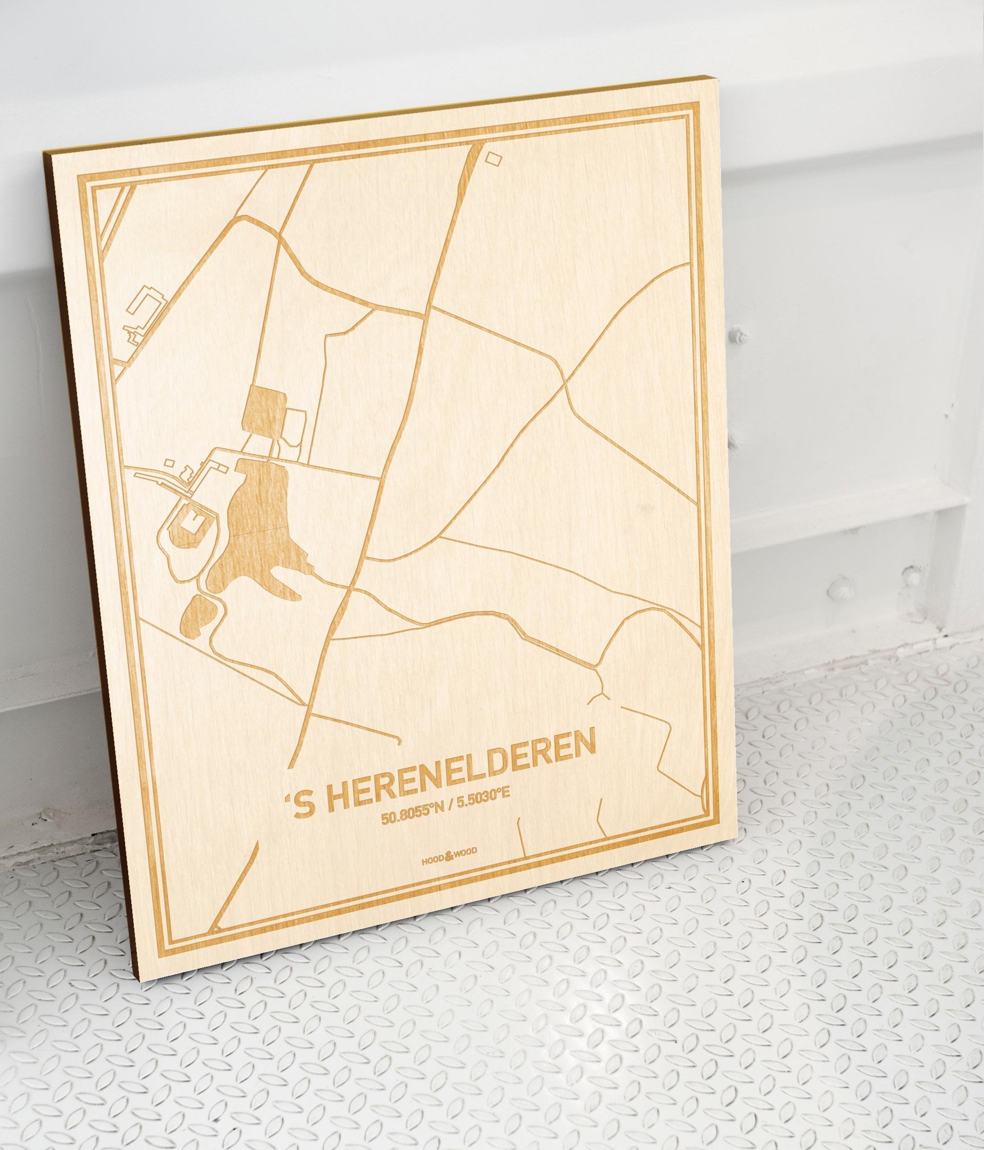 Plattegrond 'S Herenelderen als prachtige houten wanddecoratie. Het warme hout contrasteert mooi met de witte muur.