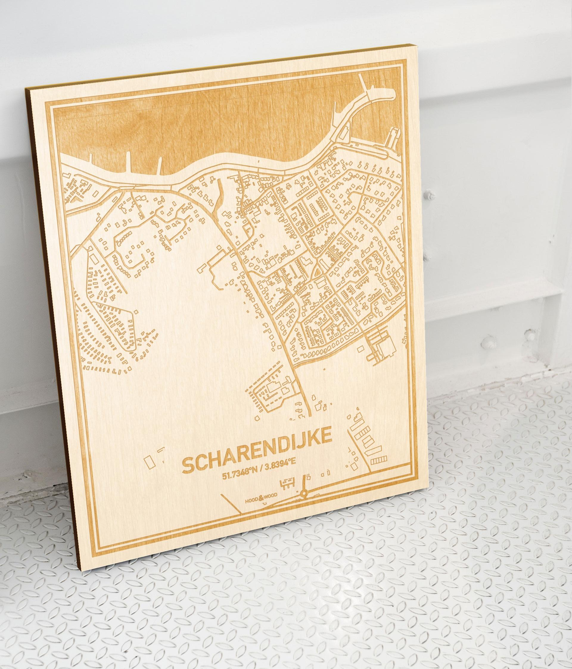 Plattegrond Scharendijke als prachtige houten wanddecoratie. Het warme hout contrasteert mooi met de witte muur.