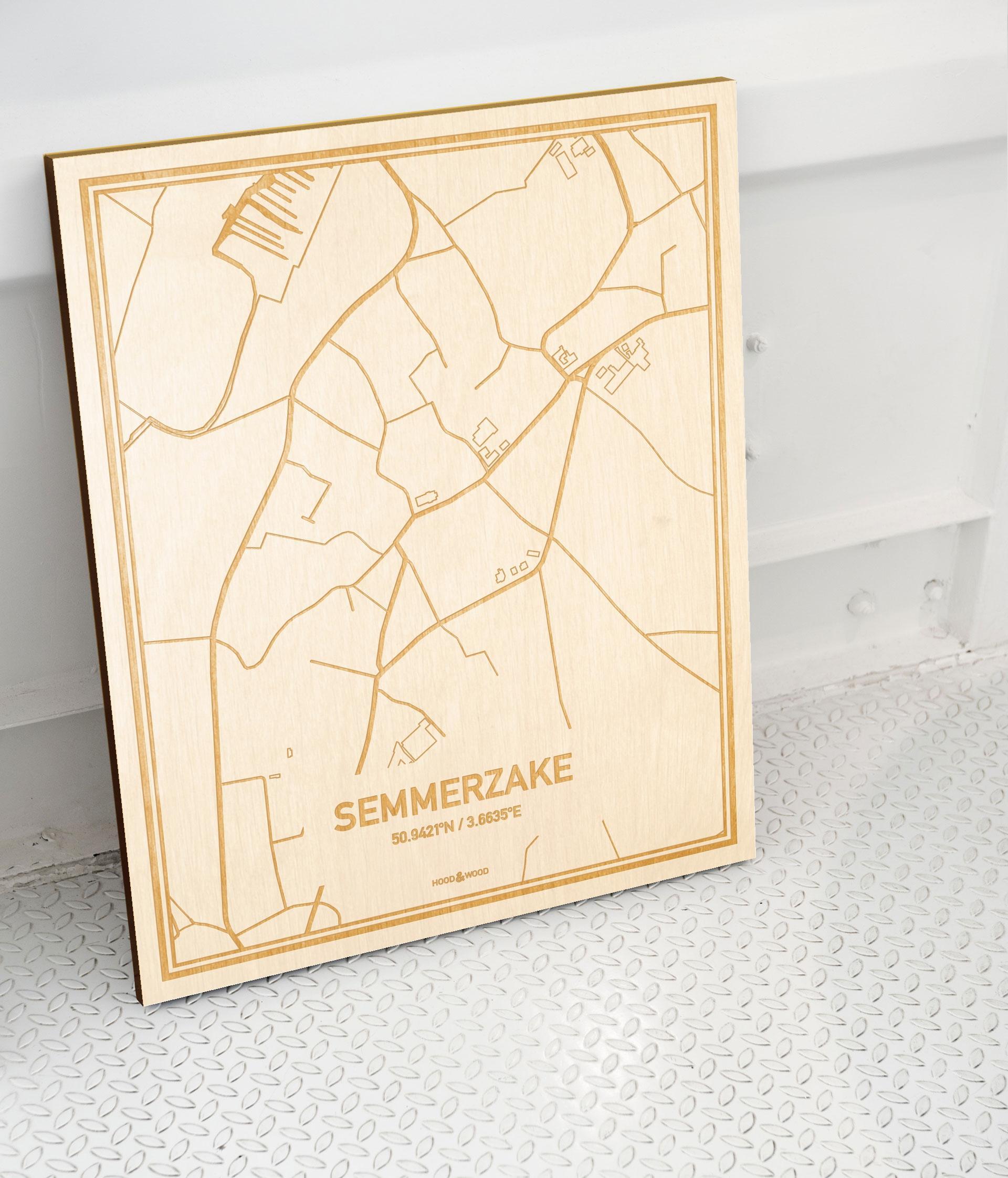 Plattegrond Semmerzake als prachtige houten wanddecoratie. Het warme hout contrasteert mooi met de witte muur.