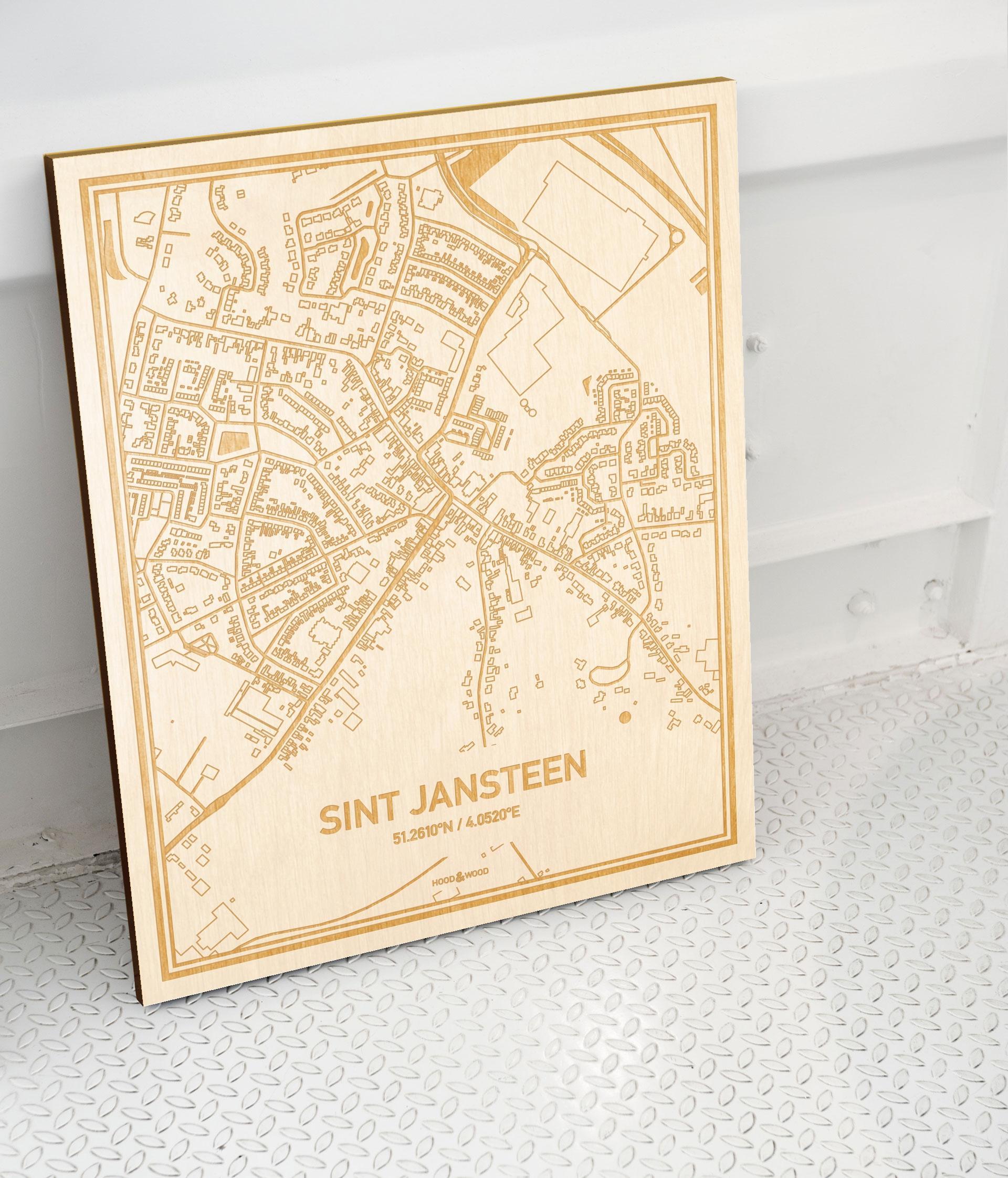Plattegrond Sint Jansteen als prachtige houten wanddecoratie. Het warme hout contrasteert mooi met de witte muur.