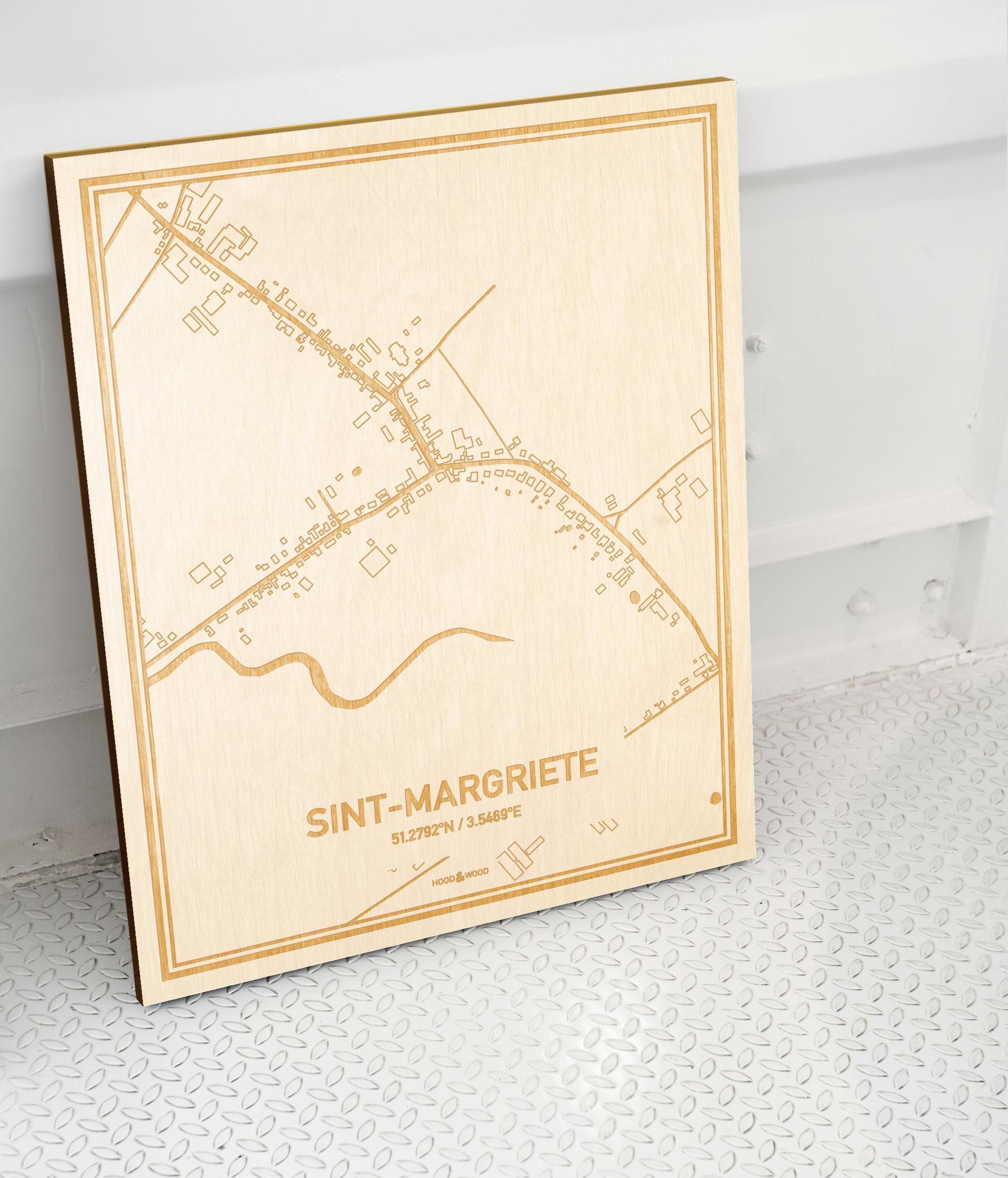 Plattegrond Sint-Margriete als prachtige houten wanddecoratie. Het warme hout contrasteert mooi met de witte muur.