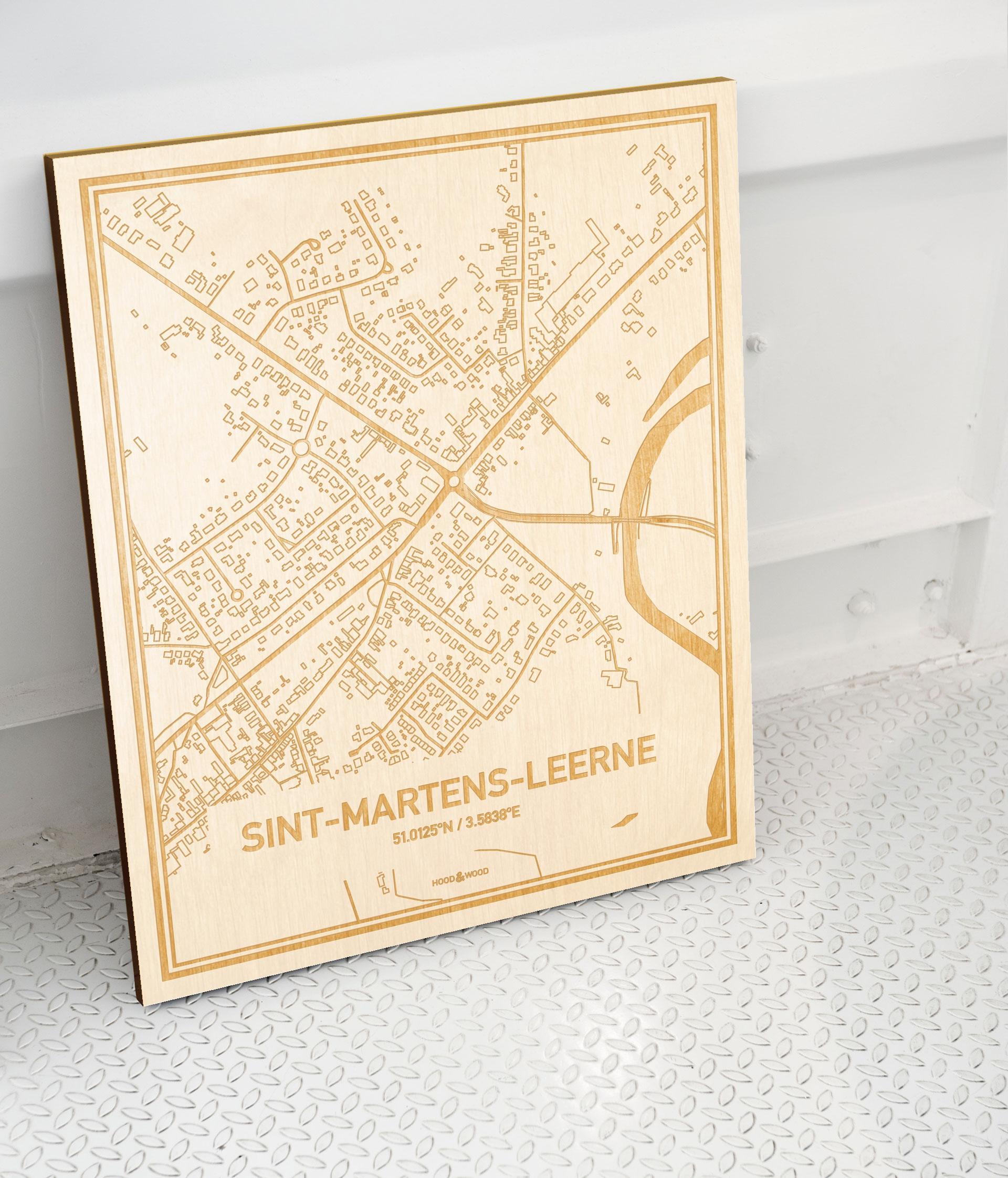 Plattegrond Sint-Martens-Leerne als prachtige houten wanddecoratie. Het warme hout contrasteert mooi met de witte muur.