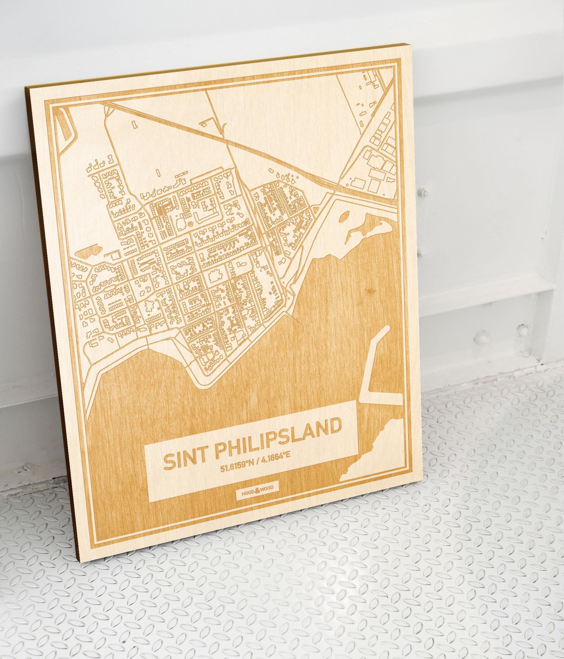 Plattegrond Sint Philipsland als prachtige houten wanddecoratie. Het warme hout contrasteert mooi met de witte muur.