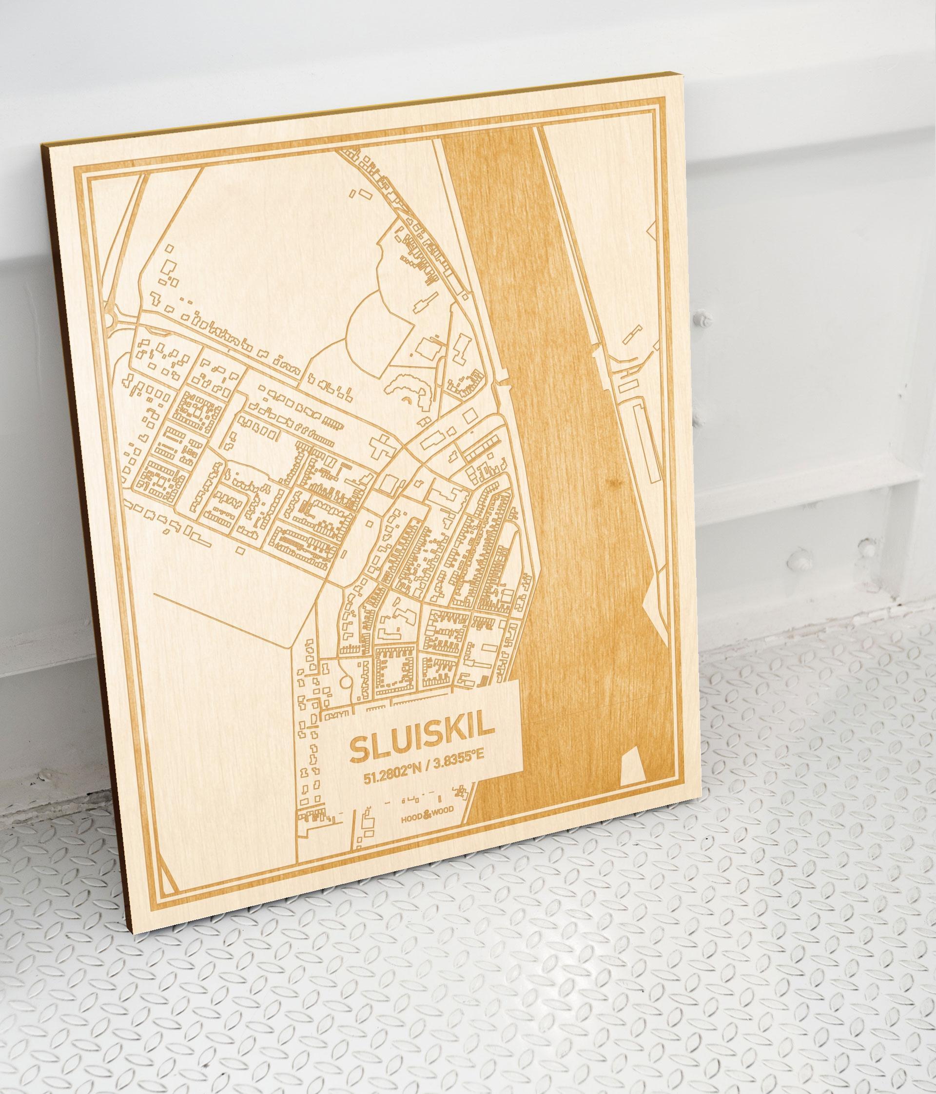 Plattegrond Sluiskil als prachtige houten wanddecoratie. Het warme hout contrasteert mooi met de witte muur.
