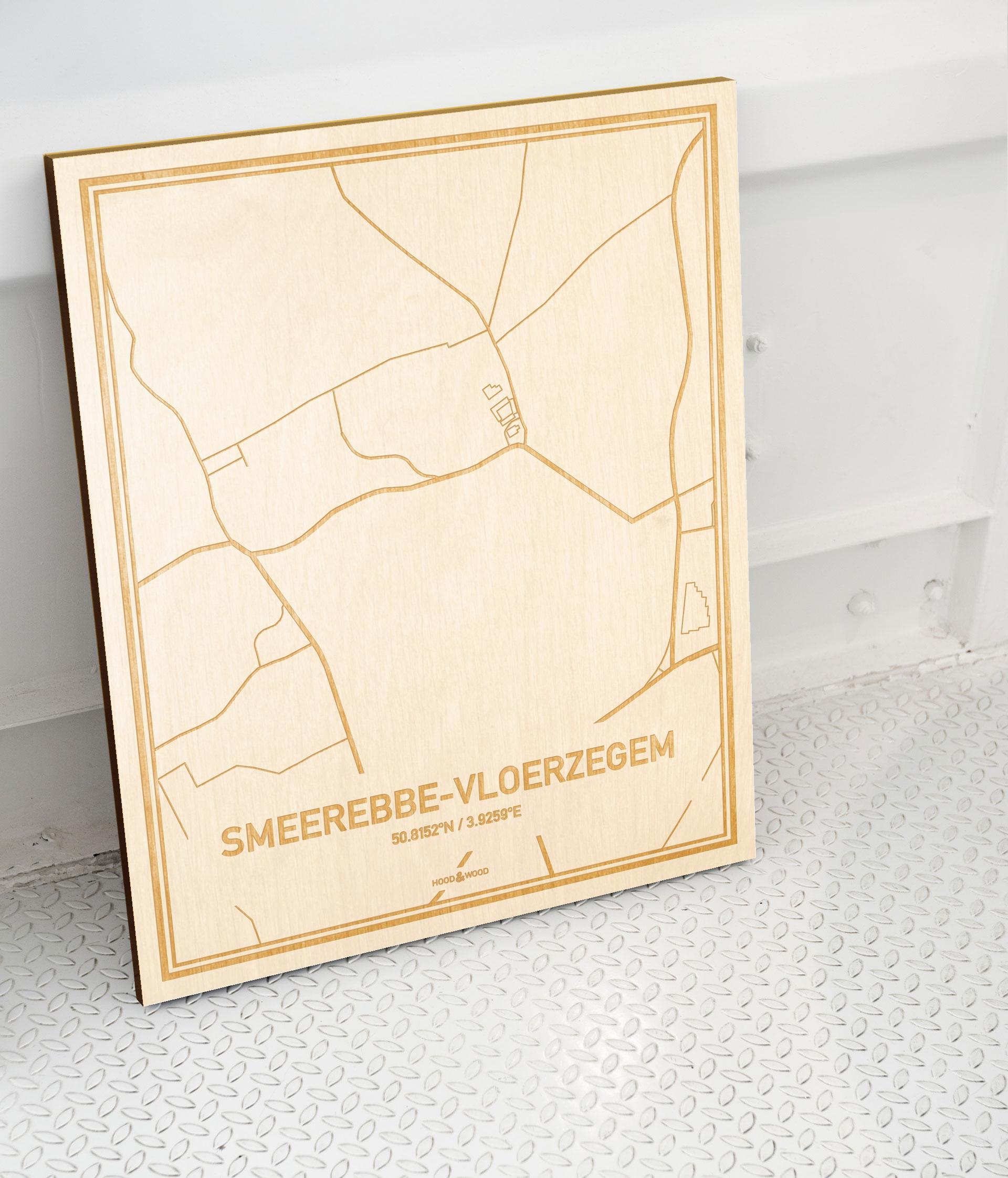 Plattegrond Smeerebbe-Vloerzegem als prachtige houten wanddecoratie. Het warme hout contrasteert mooi met de witte muur.