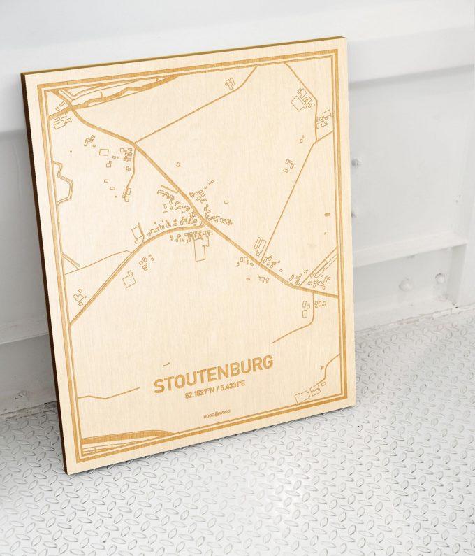 Plattegrond Stoutenburg als prachtige houten wanddecoratie. Het warme hout contrasteert mooi met de witte muur.