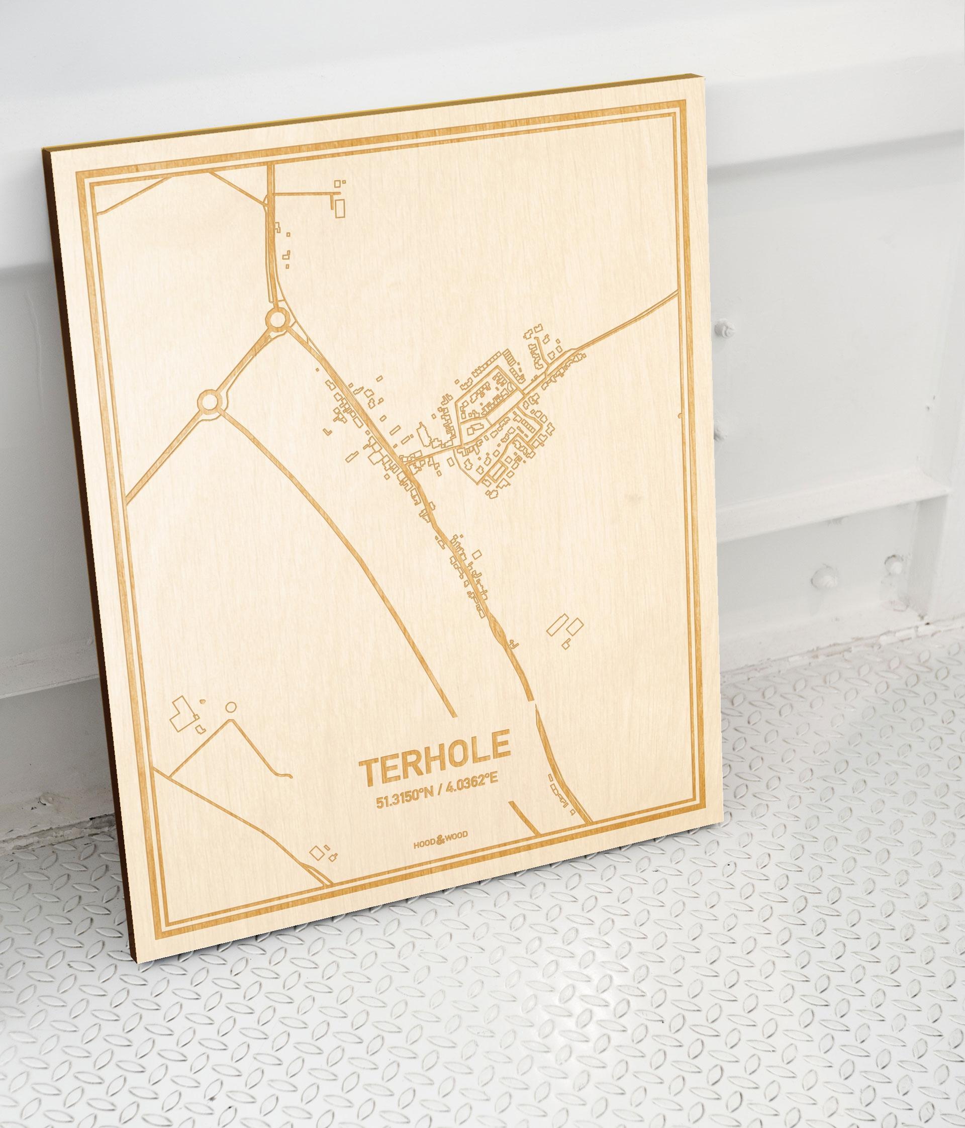 Plattegrond Terhole als prachtige houten wanddecoratie. Het warme hout contrasteert mooi met de witte muur.
