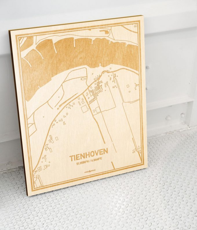 Plattegrond Tienhoven als prachtige houten wanddecoratie. Het warme hout contrasteert mooi met de witte muur.