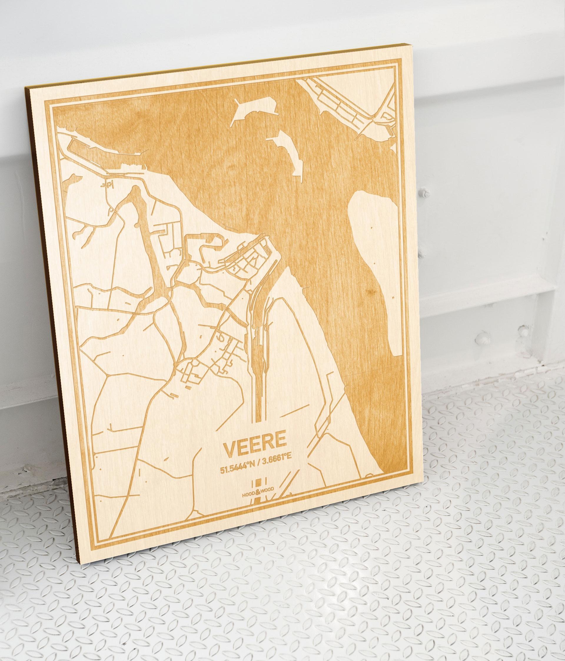 Plattegrond Veere als prachtige houten wanddecoratie. Het warme hout contrasteert mooi met de witte muur.