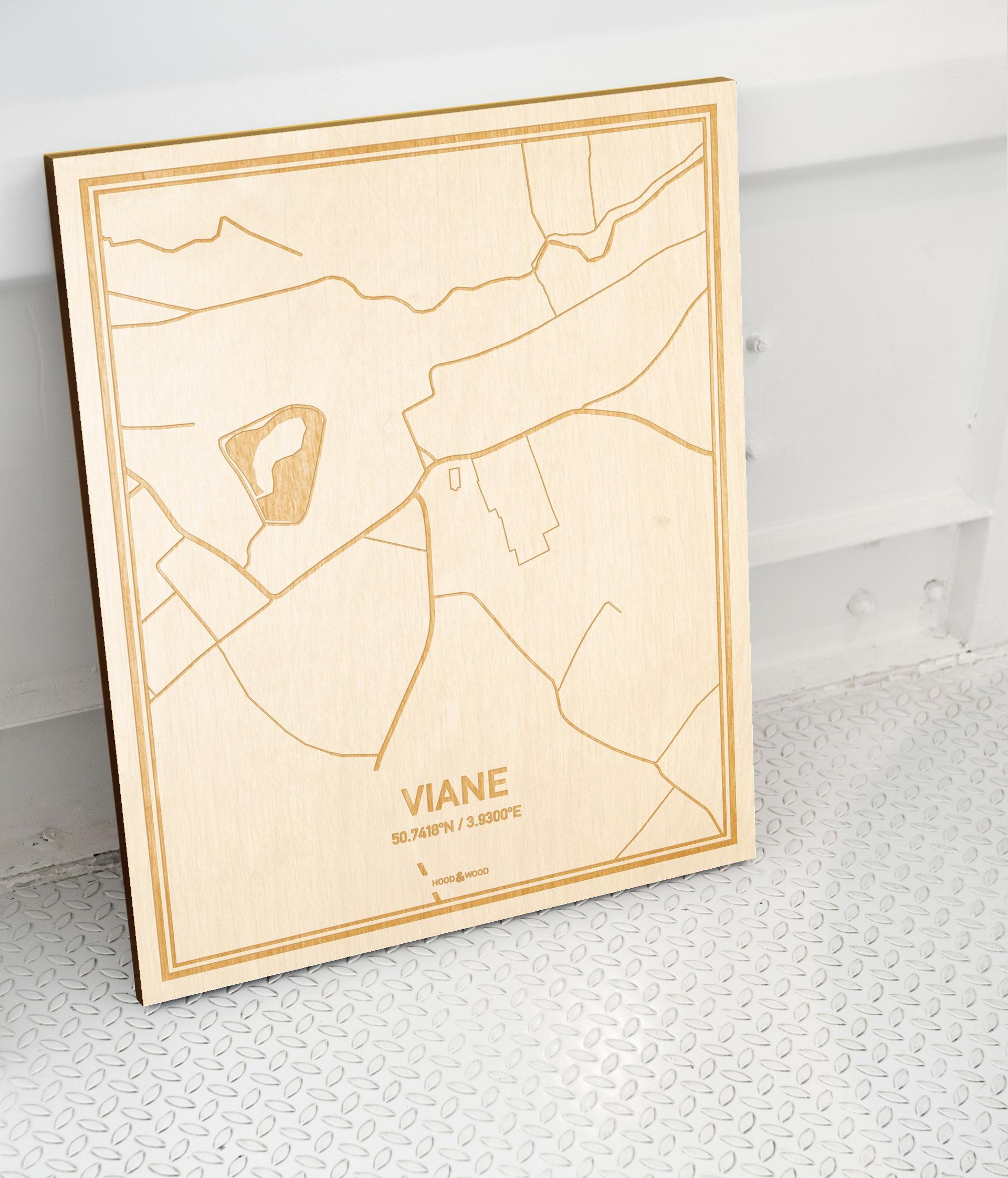Plattegrond Viane als prachtige houten wanddecoratie. Het warme hout contrasteert mooi met de witte muur.