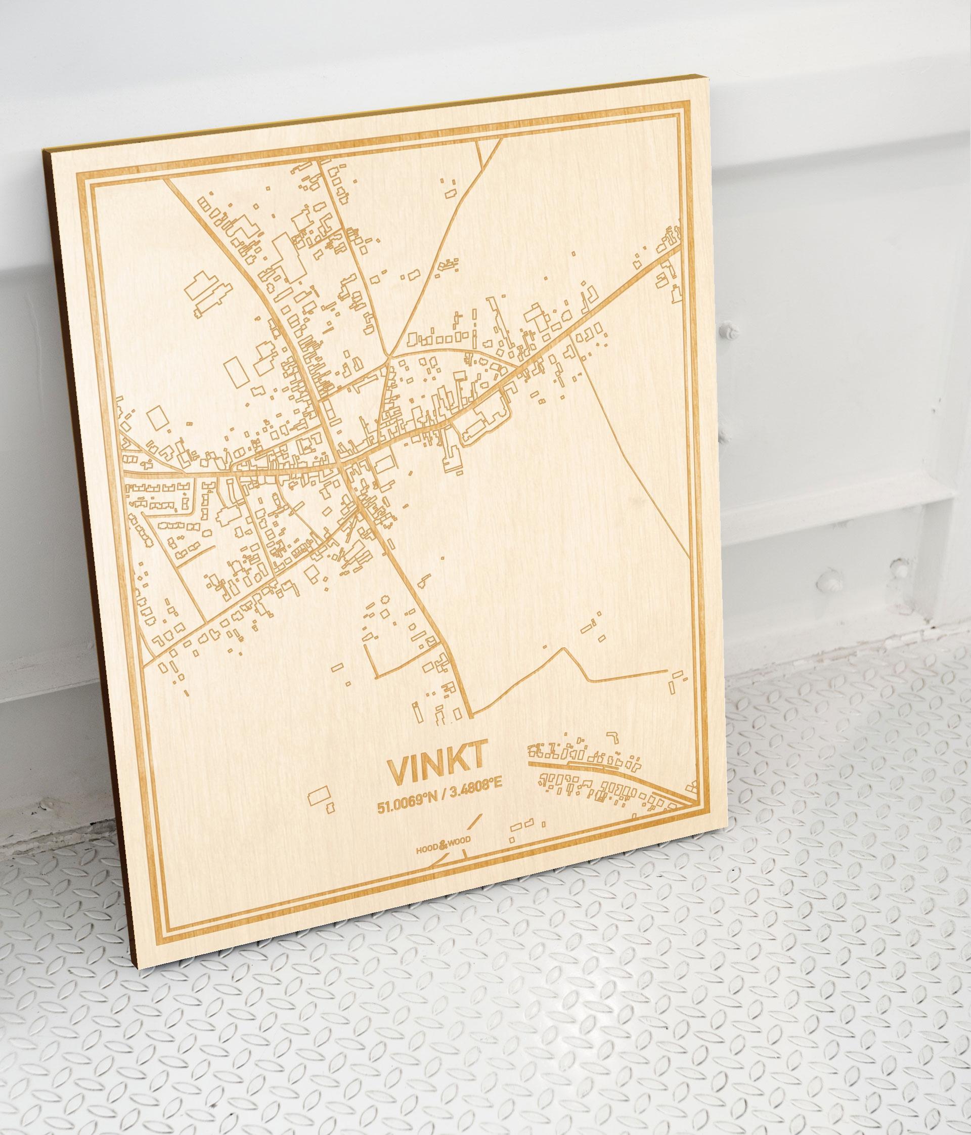 Plattegrond Vinkt als prachtige houten wanddecoratie. Het warme hout contrasteert mooi met de witte muur.