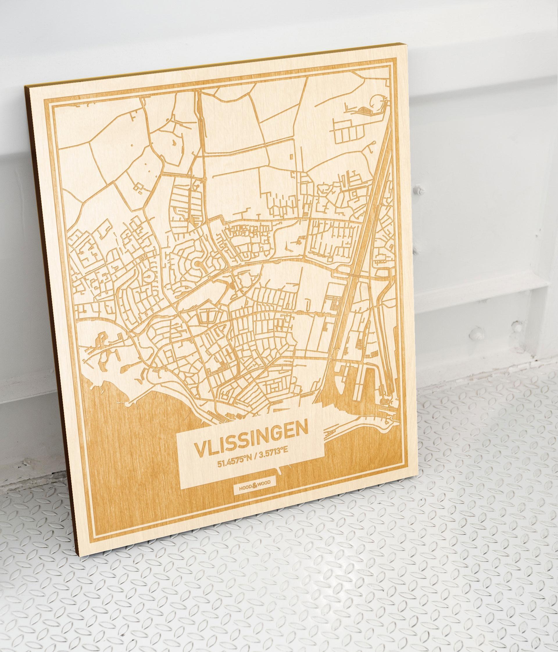 Plattegrond Vlissingen als prachtige houten wanddecoratie. Het warme hout contrasteert mooi met de witte muur.