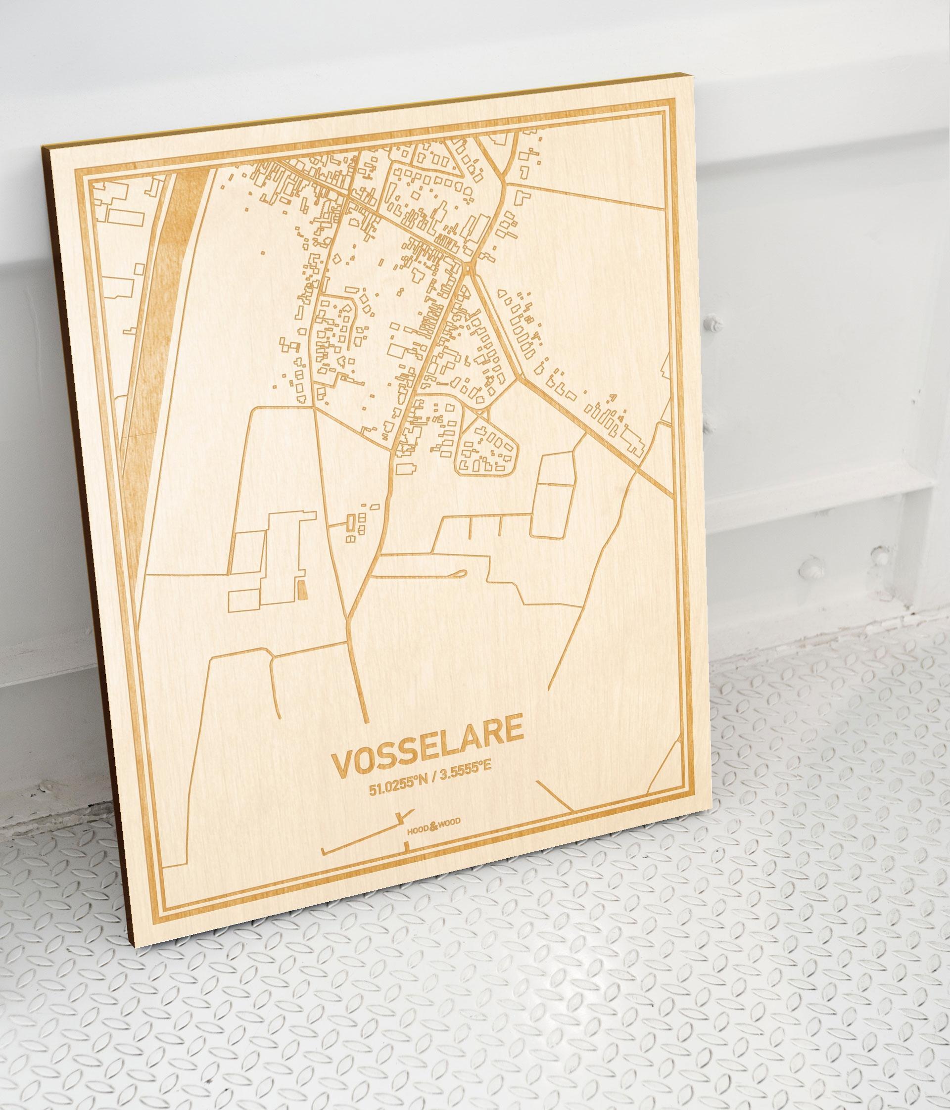 Plattegrond Vosselare als prachtige houten wanddecoratie. Het warme hout contrasteert mooi met de witte muur.