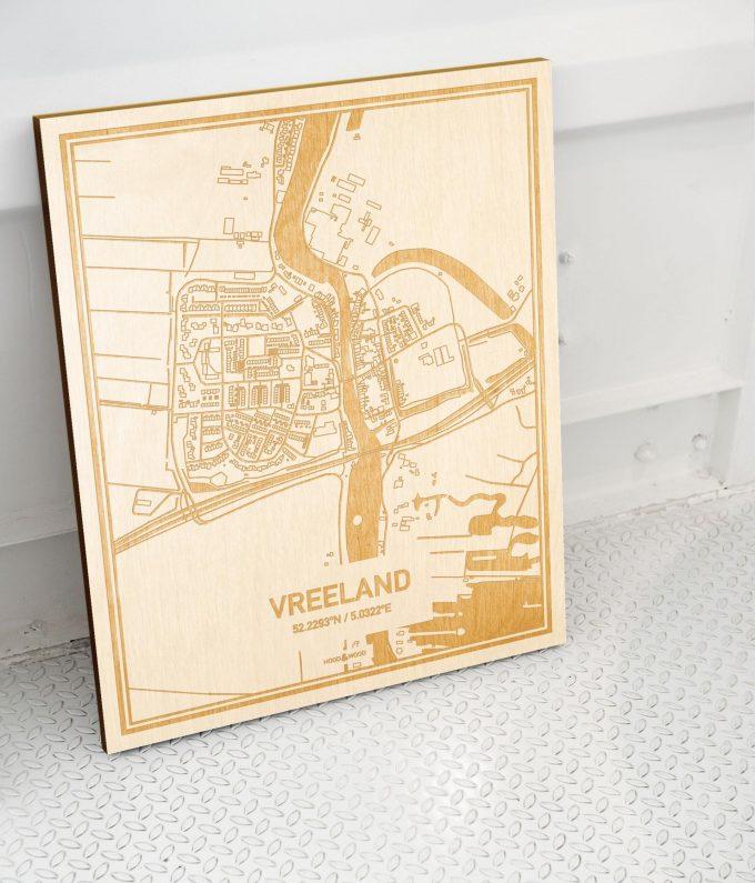 Plattegrond Vreeland als prachtige houten wanddecoratie. Het warme hout contrasteert mooi met de witte muur.