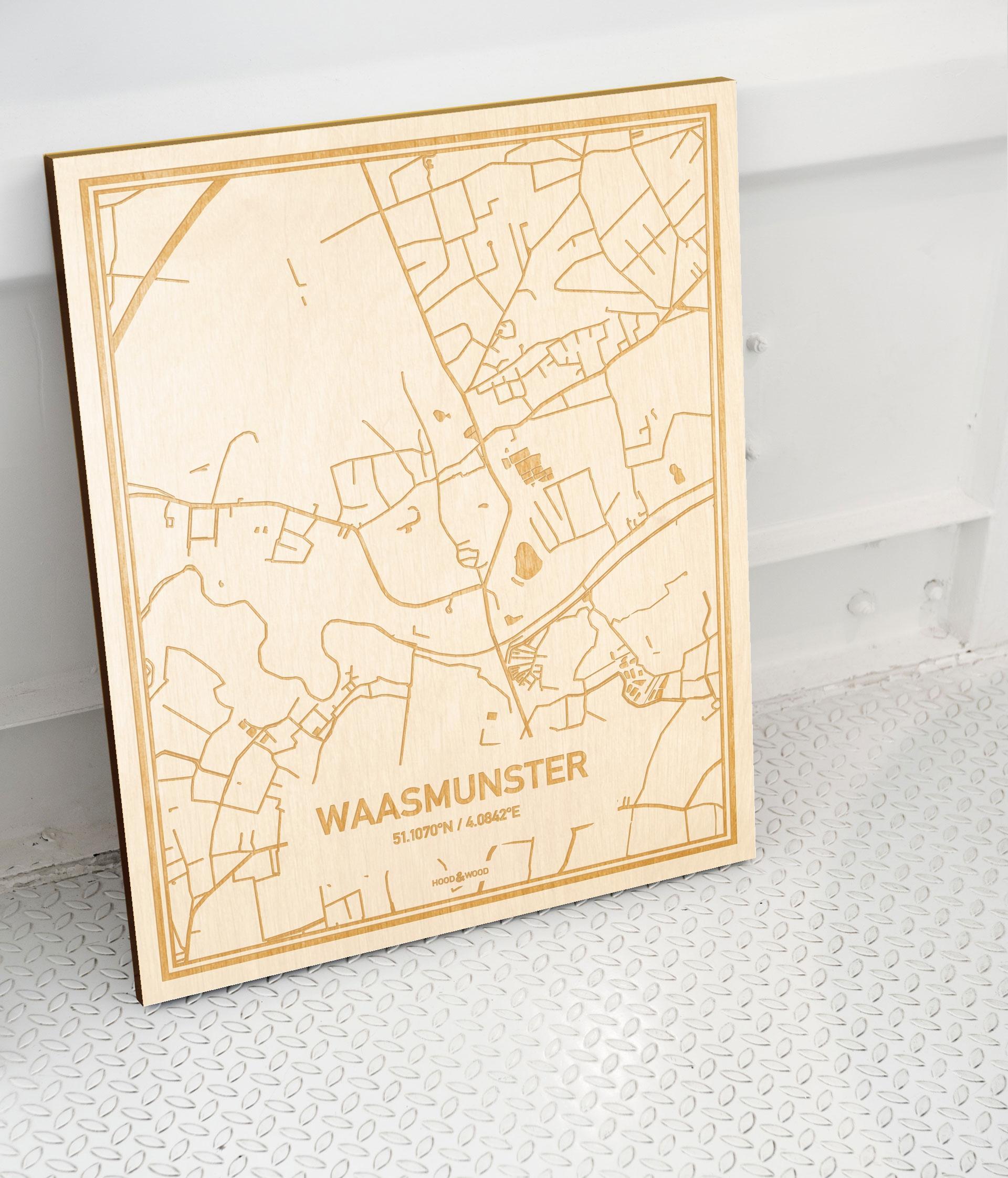 Plattegrond Waasmunster als prachtige houten wanddecoratie. Het warme hout contrasteert mooi met de witte muur.