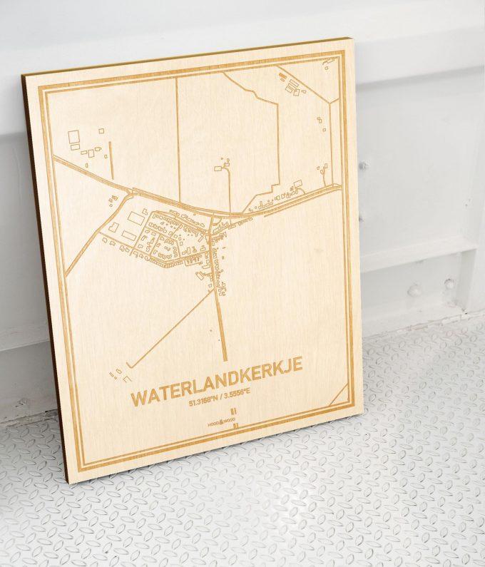 Plattegrond Waterlandkerkje als prachtige houten wanddecoratie. Het warme hout contrasteert mooi met de witte muur.