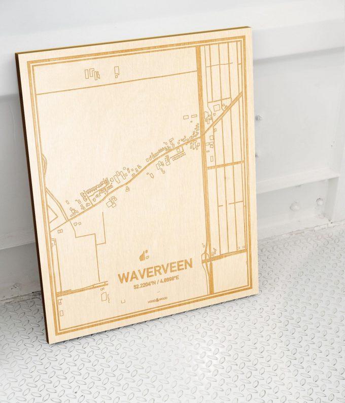 Plattegrond Waverveen als prachtige houten wanddecoratie. Het warme hout contrasteert mooi met de witte muur.