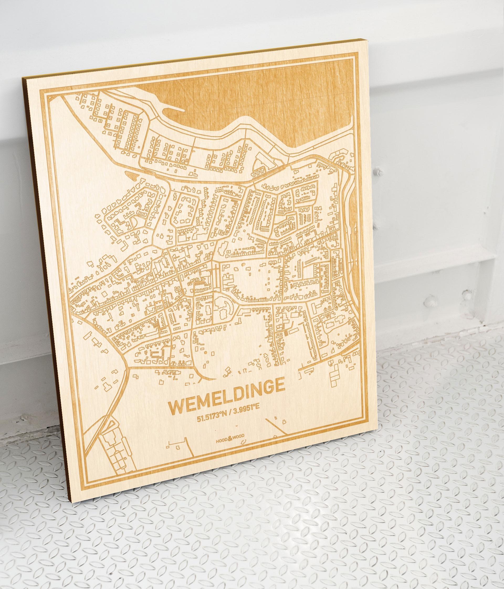 Plattegrond Wemeldinge als prachtige houten wanddecoratie. Het warme hout contrasteert mooi met de witte muur.