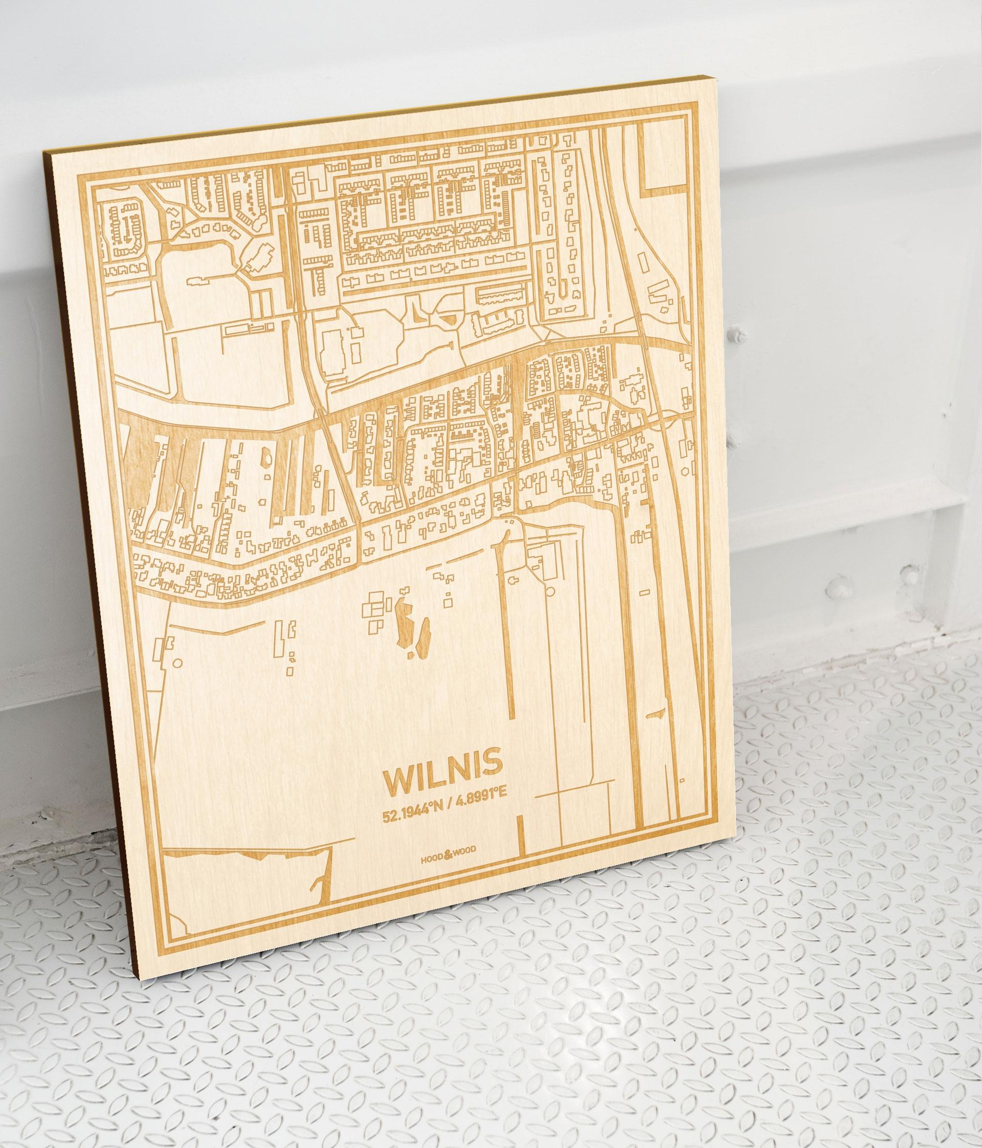 Plattegrond Wilnis als prachtige houten wanddecoratie. Het warme hout contrasteert mooi met de witte muur.