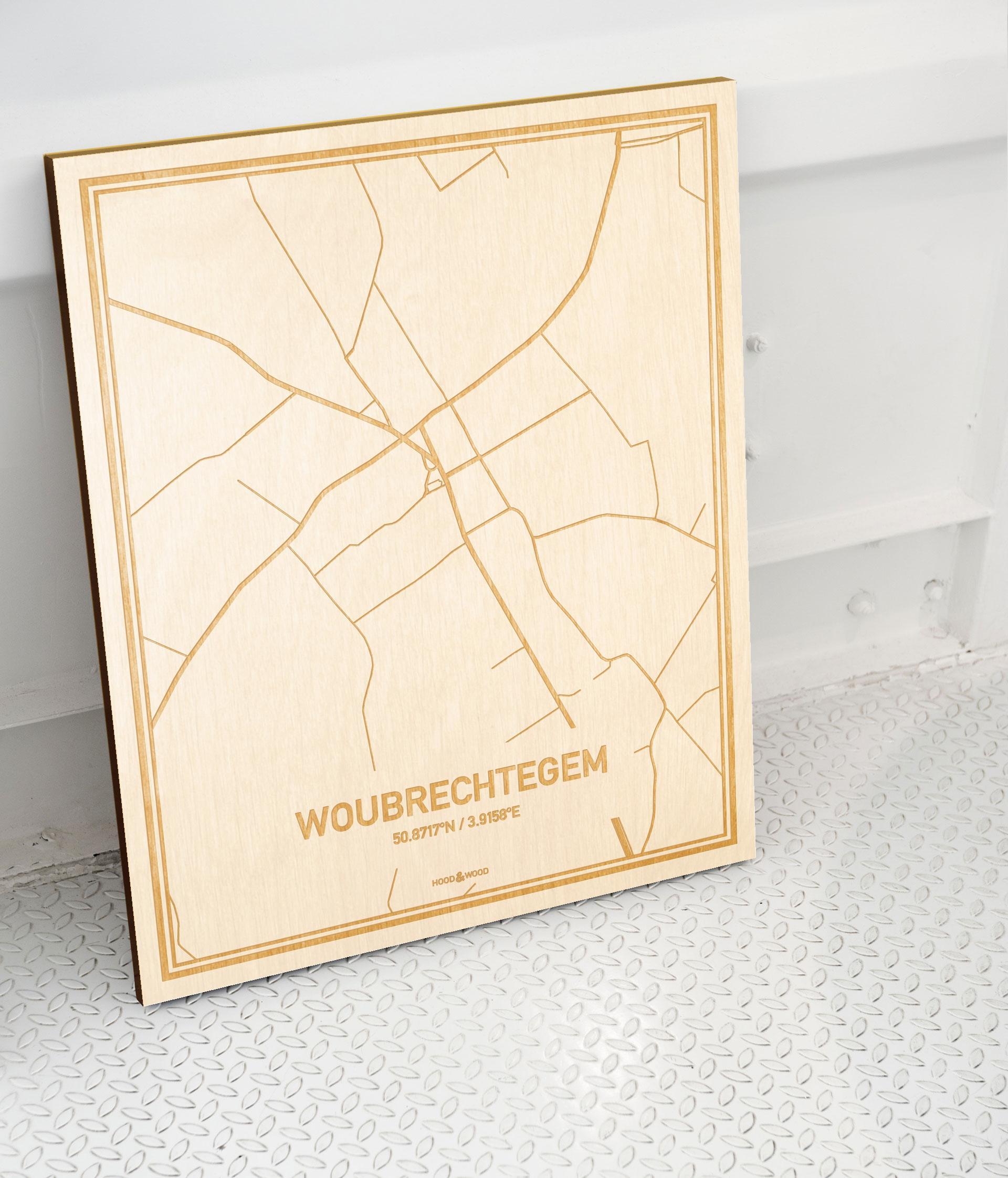 Plattegrond Woubrechtegem als prachtige houten wanddecoratie. Het warme hout contrasteert mooi met de witte muur.