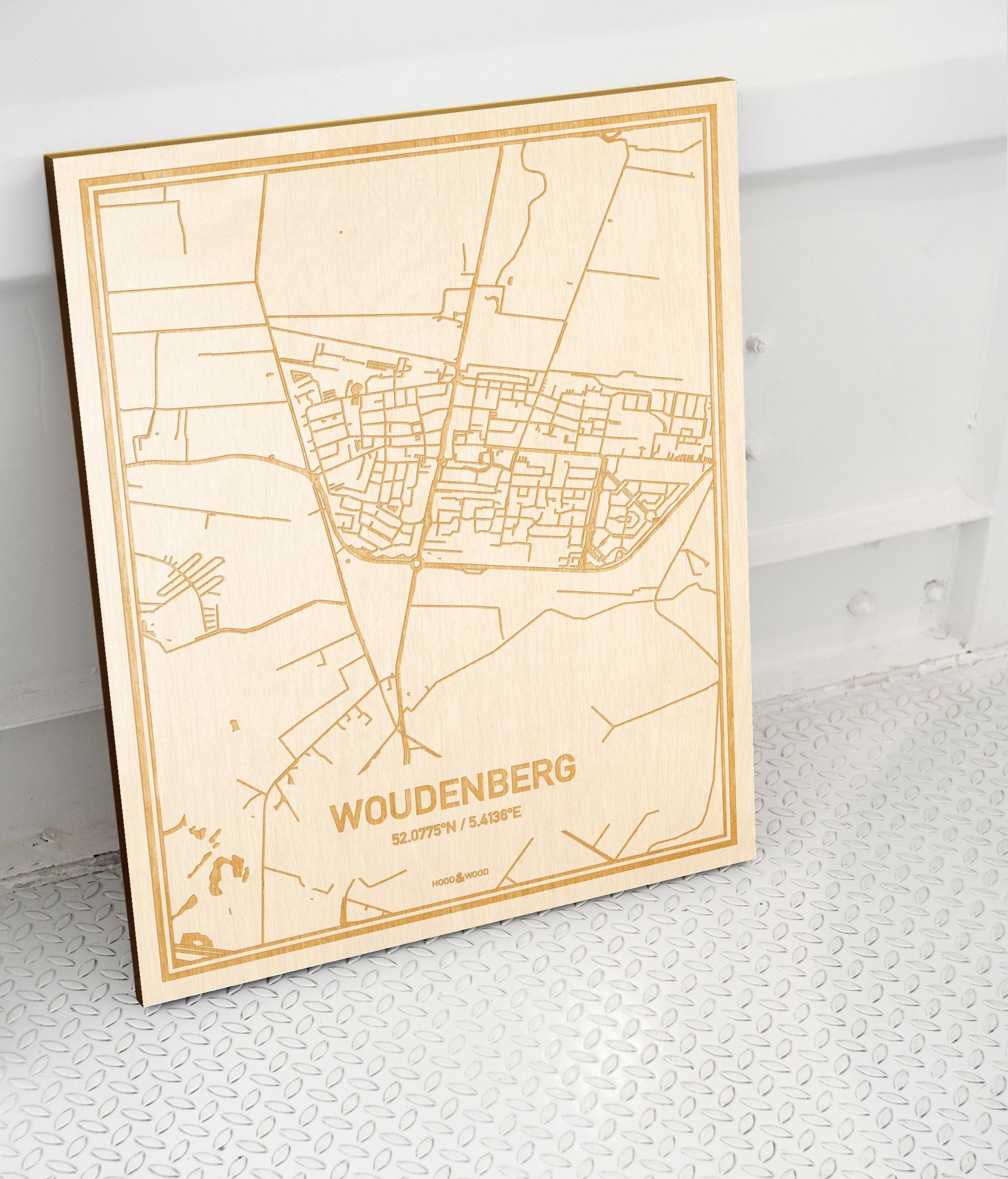 Plattegrond Woudenberg als prachtige houten wanddecoratie. Het warme hout contrasteert mooi met de witte muur.